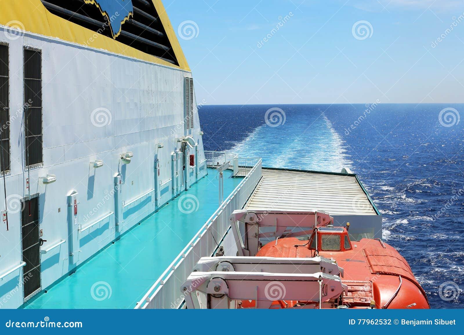 Piattaforma del traghetto con le lance di salvataggio
