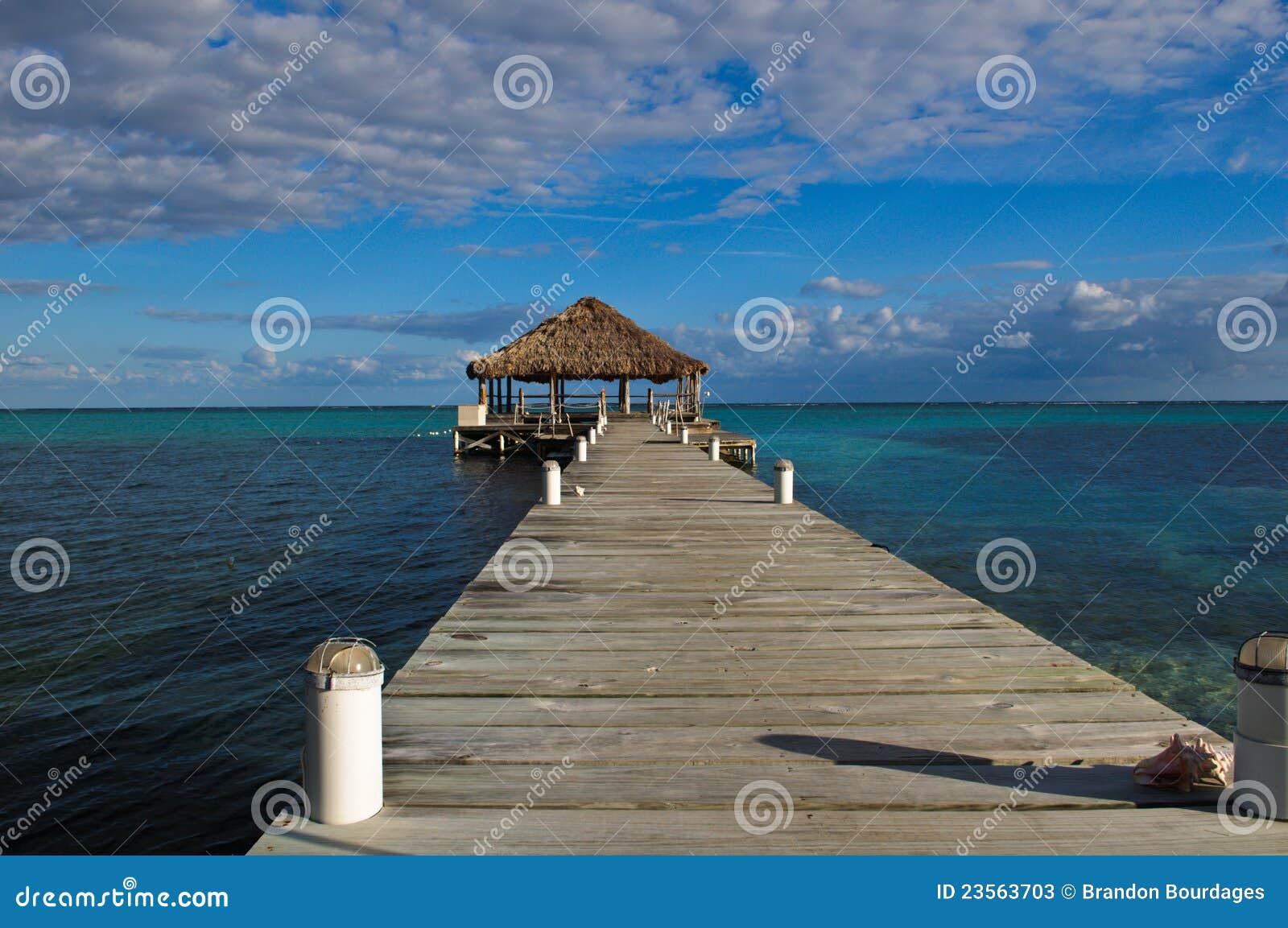 Piattaforma della spiaggia con Palapa