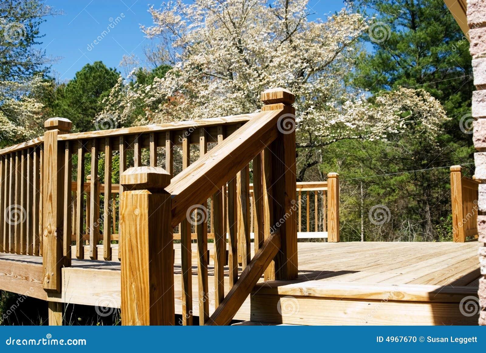 Piattaforma di legno in primavera/punti