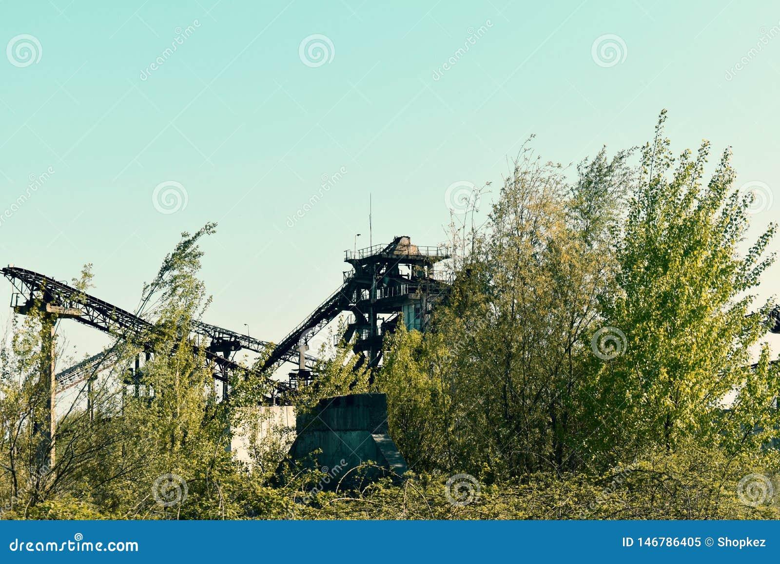 Piattaforma industriale abbandonata con gli elementi arrugginiti