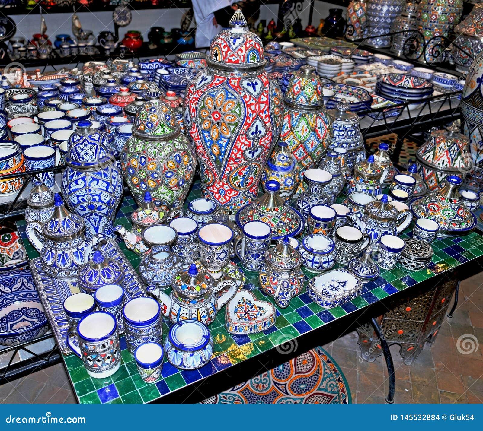Piatti ceramici ed altri prodotti ceramici fatti a mano dagli artigiani marocchini