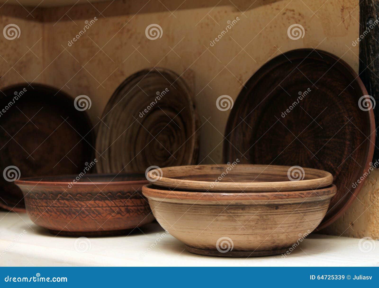 Piatti dell argilla su un primo piano dello scaffale