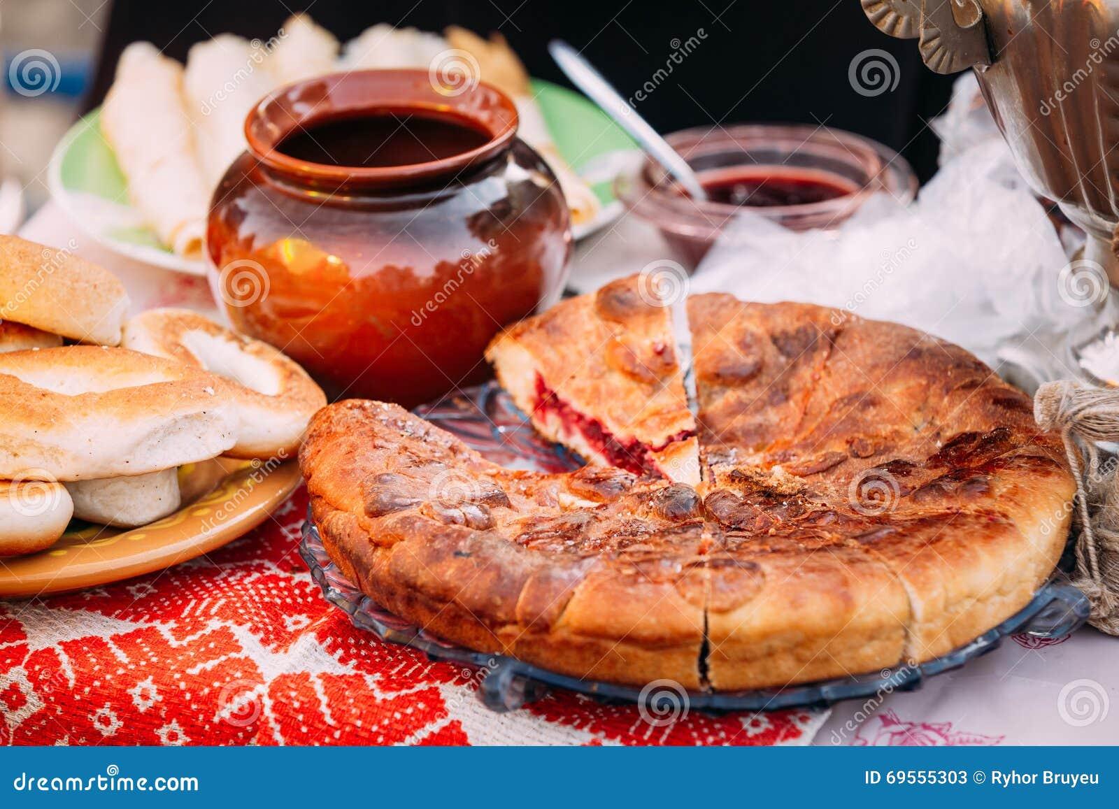 Piatti della cucina bielorussa tradizionale torta e miele immagine stock immagine di belarus - Piatti da cucina moderni ...