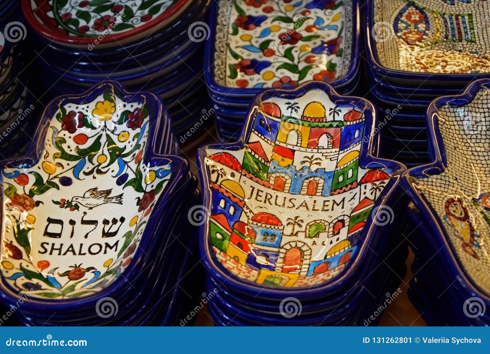 Piatti dipinti del ricordo sul contatore nel deposito di Gerusalemme, Israele Ornamento nazionale su un piatto sotto forma di Ham