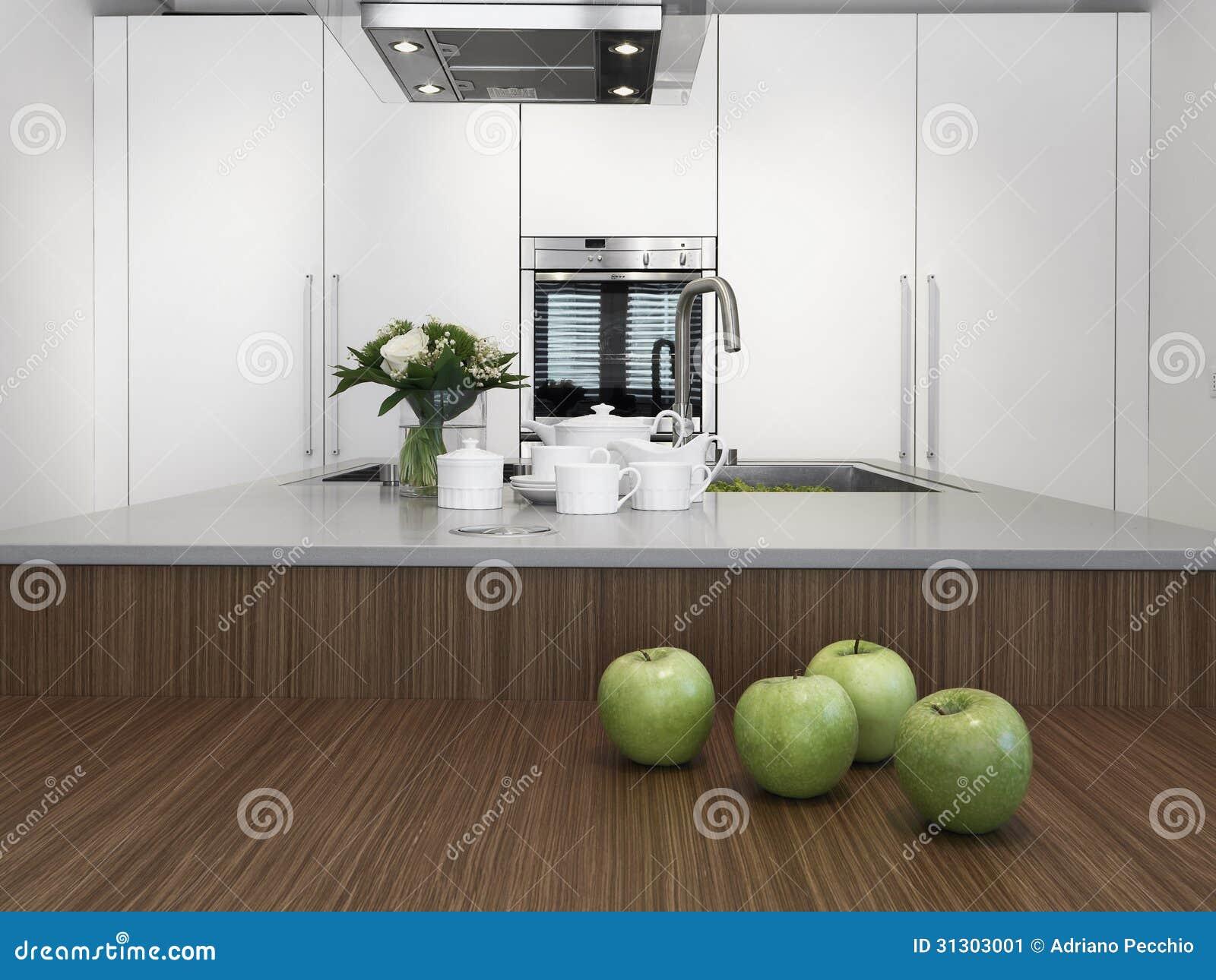Piatti sul piano di lavoro in una cucina moderna immagine for Piano lavoro cucina