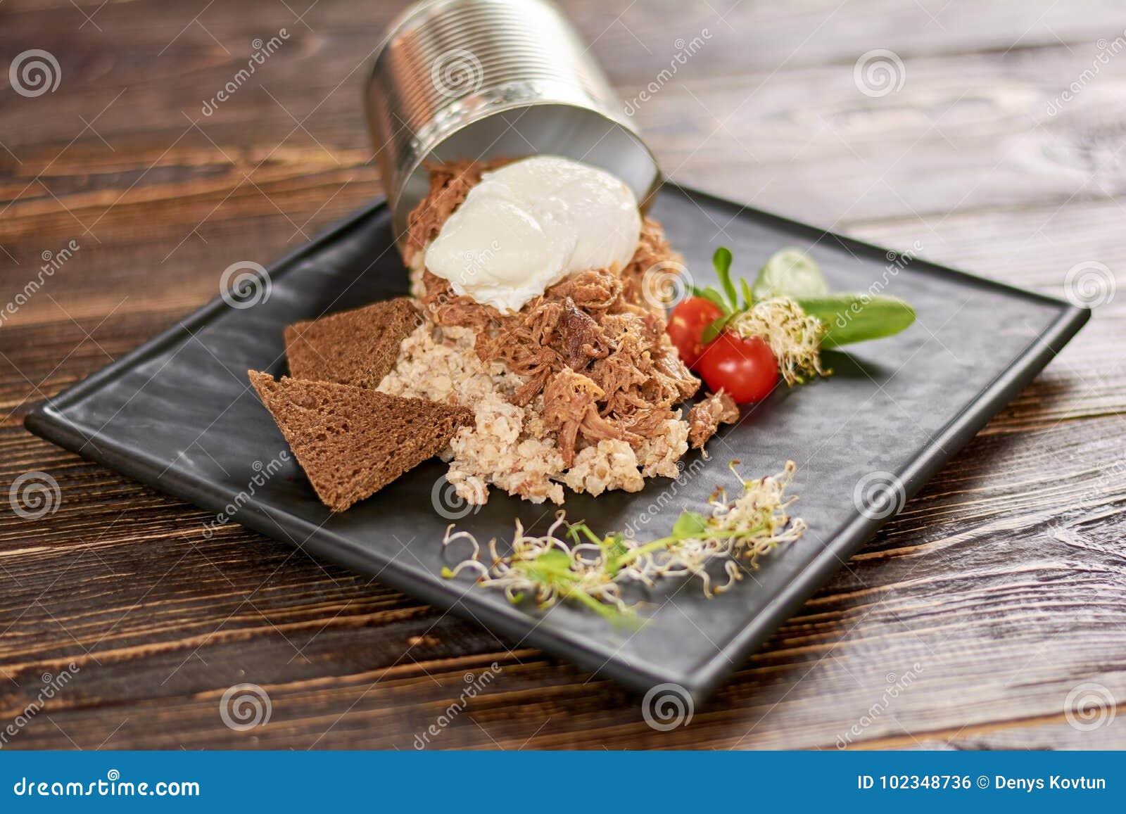 Piatto appetitoso sul piatto in ristorante