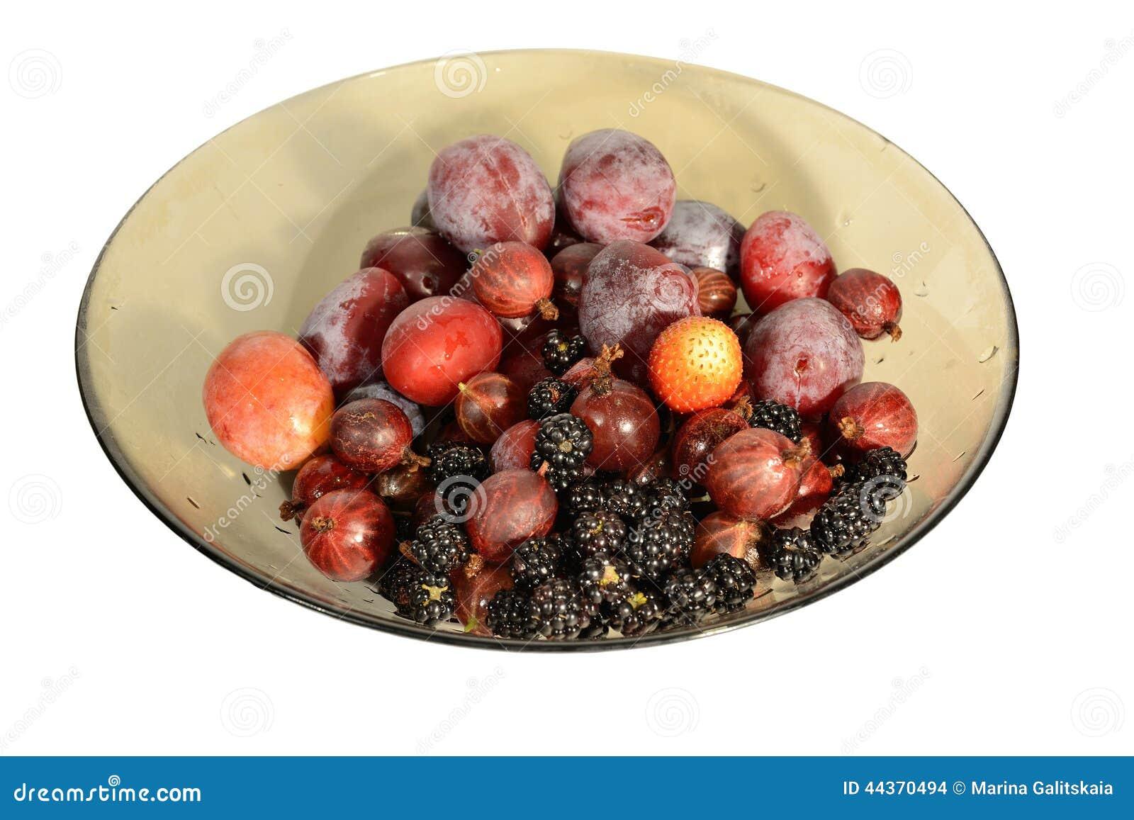 Piatto con i frutti e le bacche