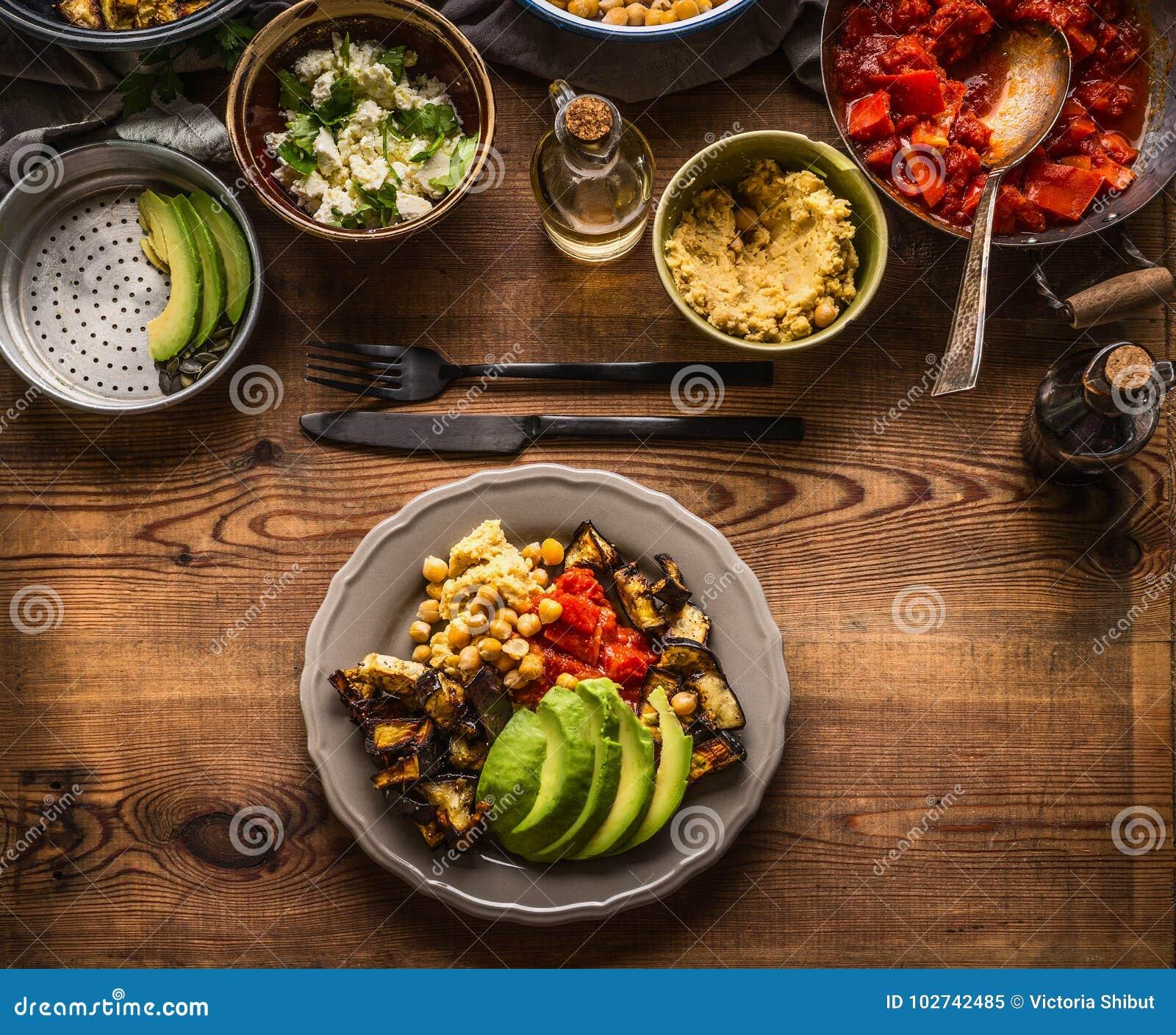 Piatto con i vari pasti dell insalata La barra di insalata vegetariana con varietà di alimento vegetariano lancia, vista superior