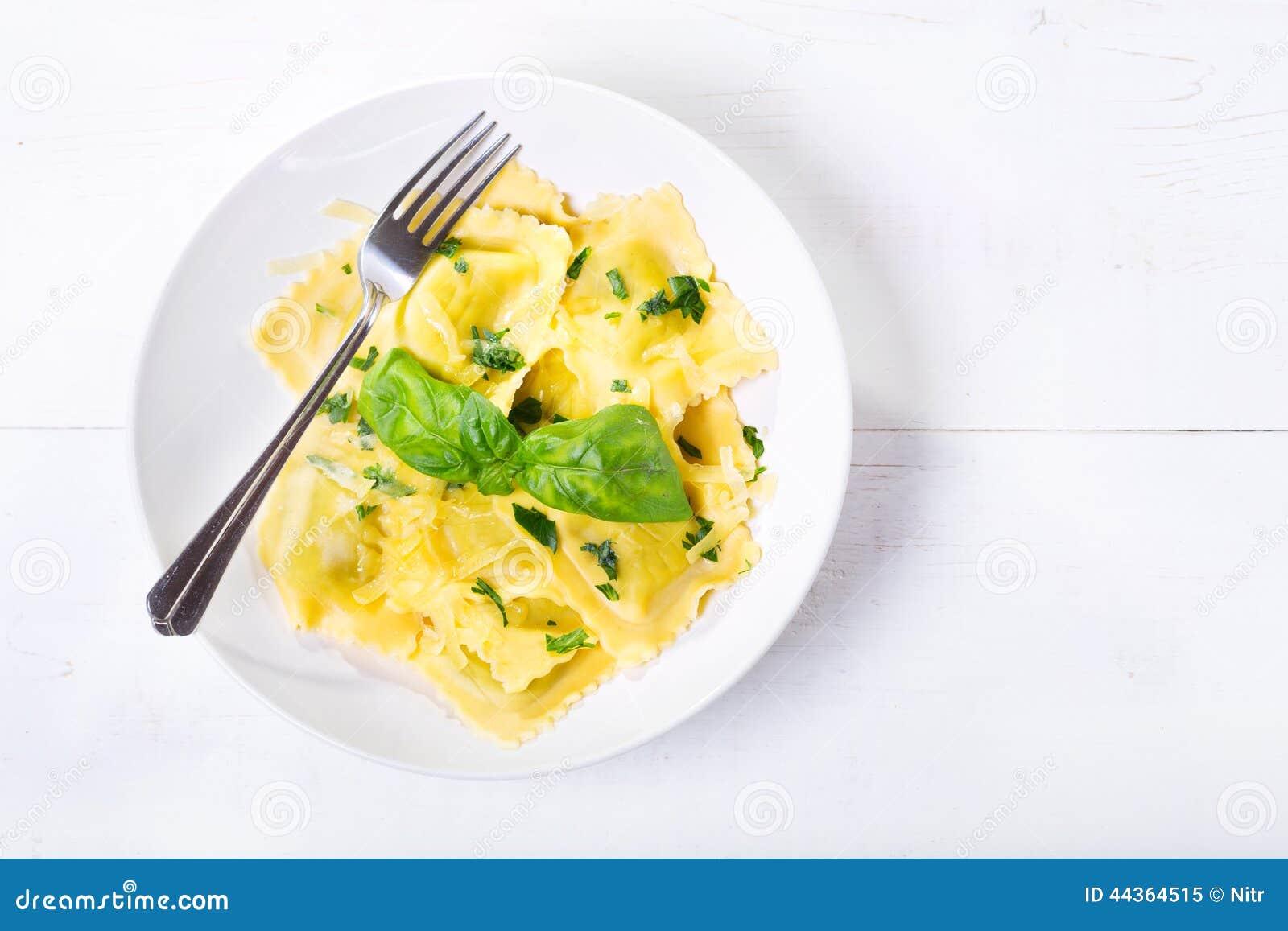 Piatto dei ravioli con basilico