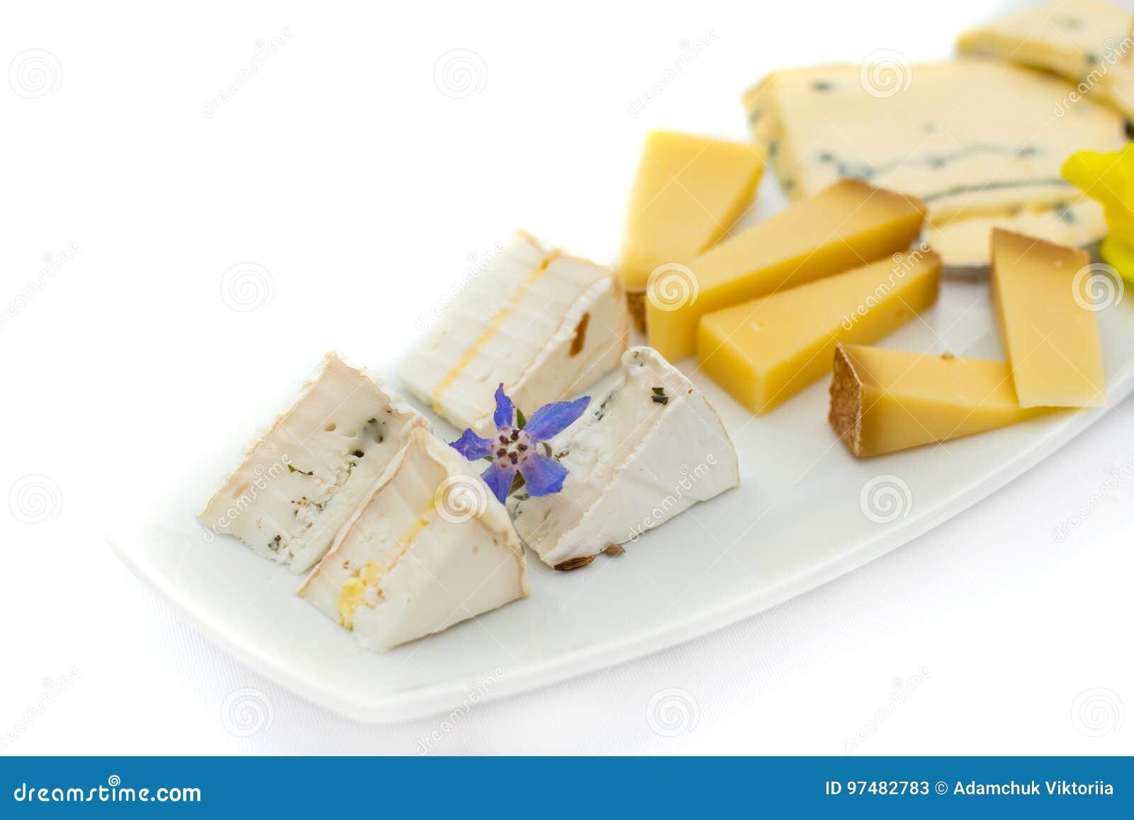 Piatto di formaggio con differenti generi di formaggio con i fiori