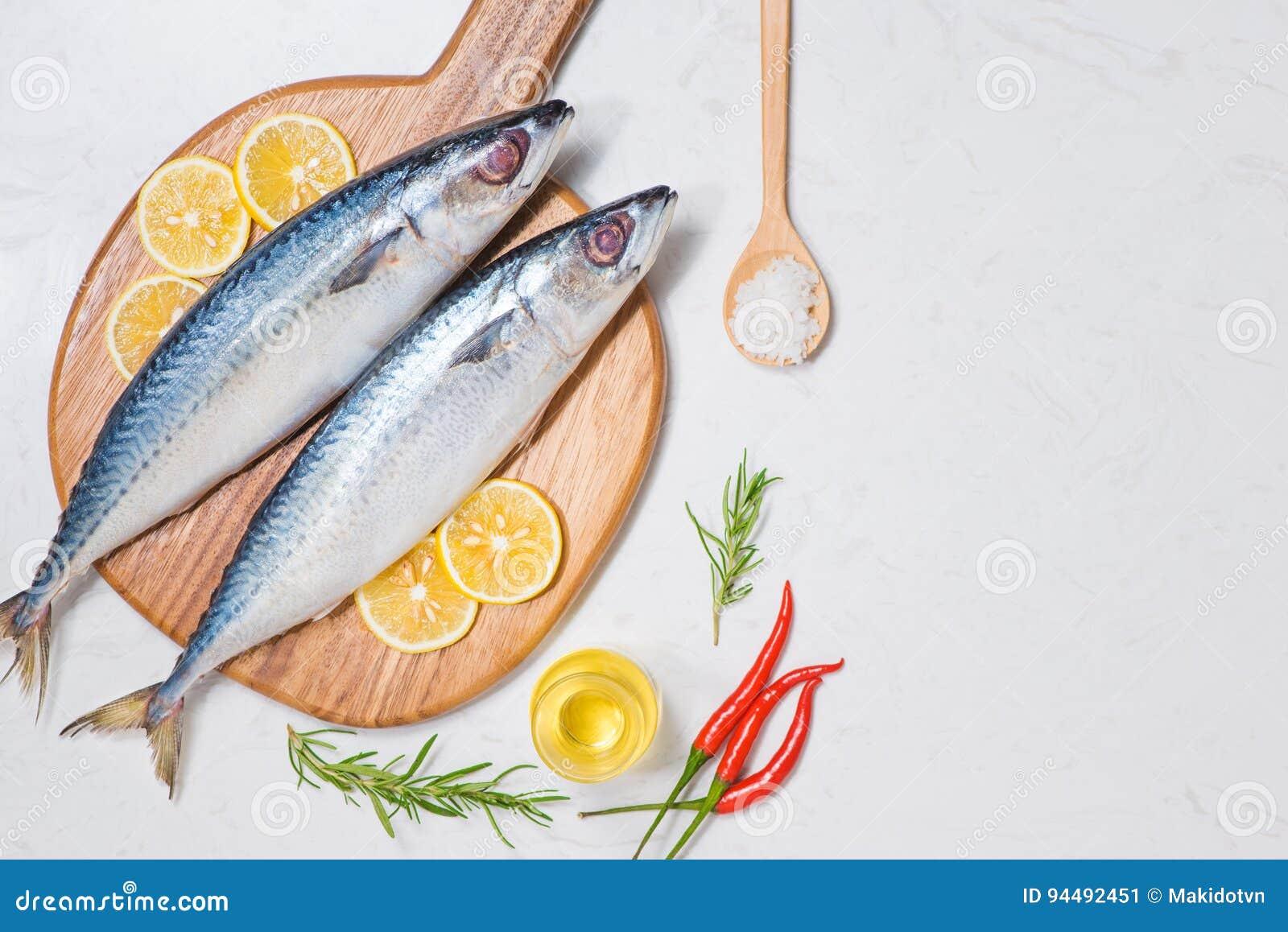 Piatto Di Pesce Che Cucina Con I Vari Ingredienti ...