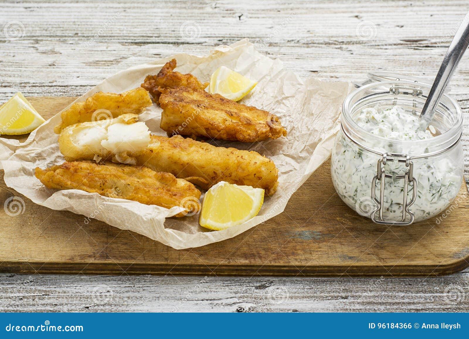 Piatto di pesce - merluzzo nella pastella della birra con la salsa del catrame del catrame per una dieta sana e comoda