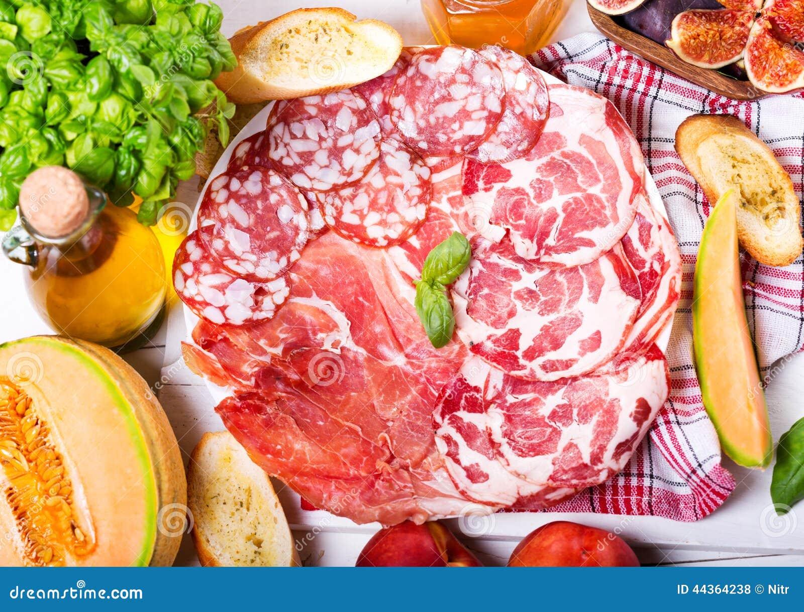Piatto di vari prosciutto e salame con la frutta fresca for Frutta con la o iniziale