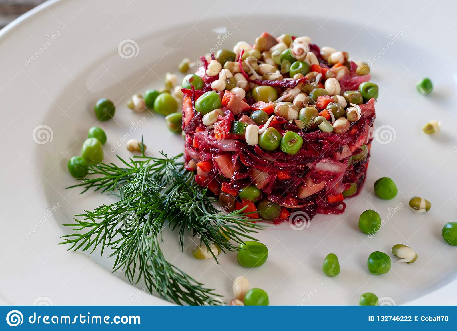 Piatto vegetariano: Insalata della vinaigrette delle barbabietole, carote, crauti