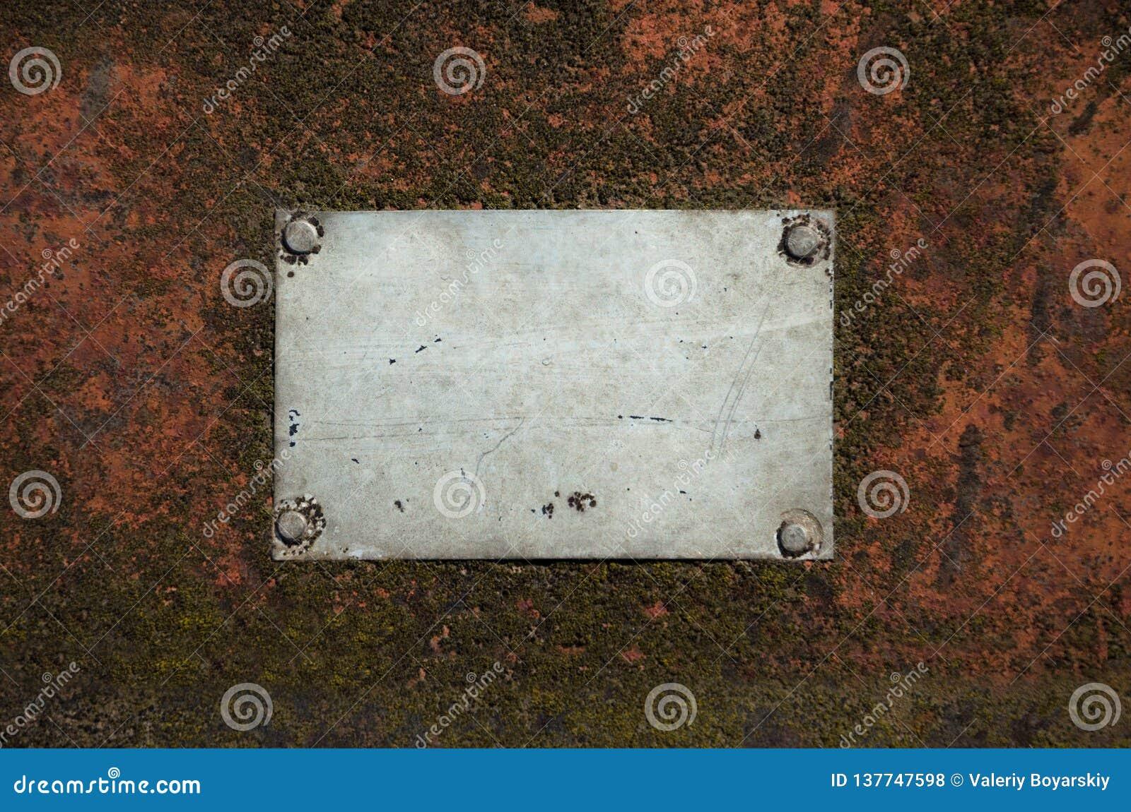Piatto vuoto grigio del metallo con i graffi su una superficie d acciaio arrugginita