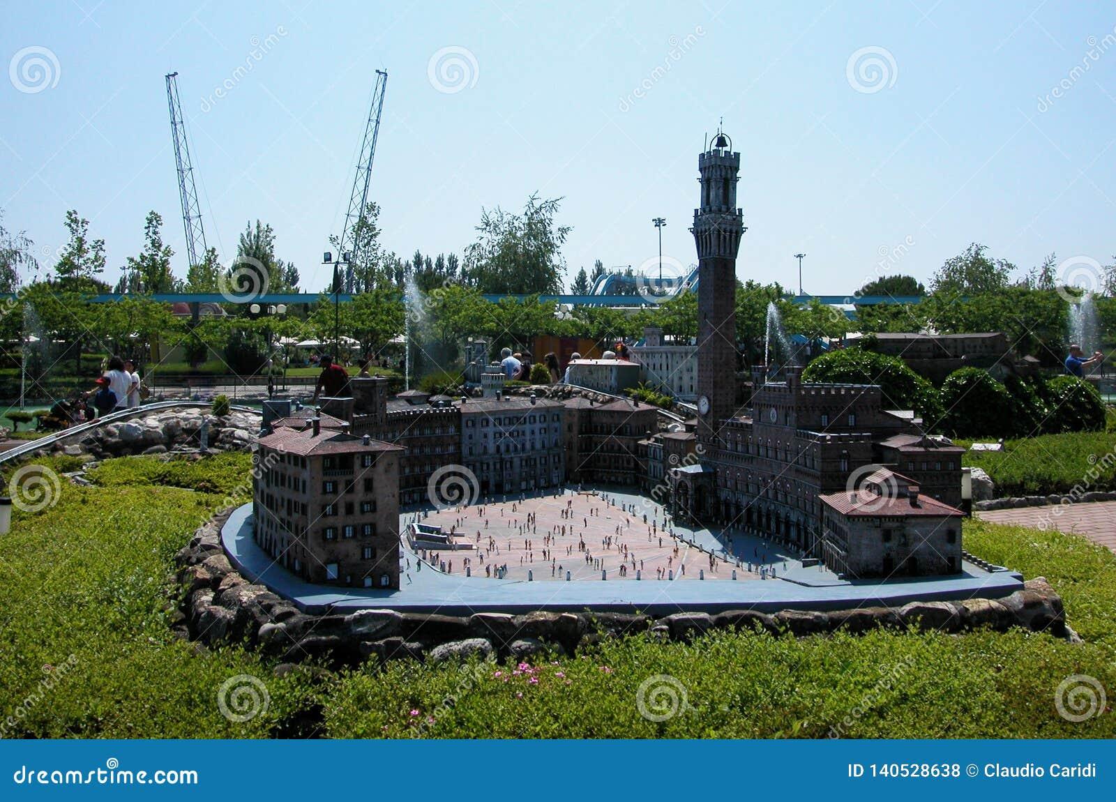 """Piazza del Campo Siena nel parco a tema """"Italia in miniatura """"Italia in miniatura Viserba, Rimini, Italia"""