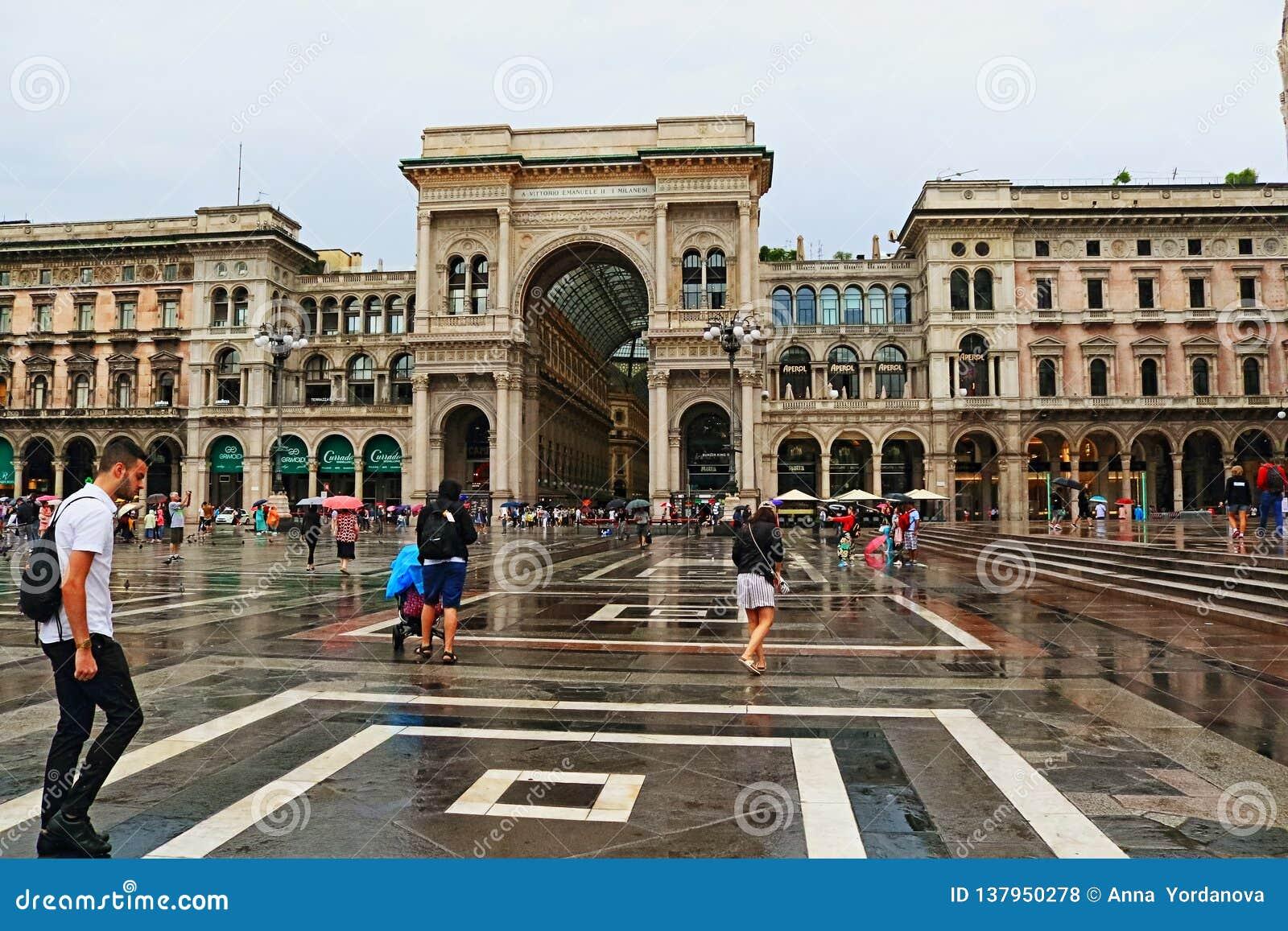 Piazza del Duomo de historische van de meningsmilaan van de centrum regenachtige dag stad Italië