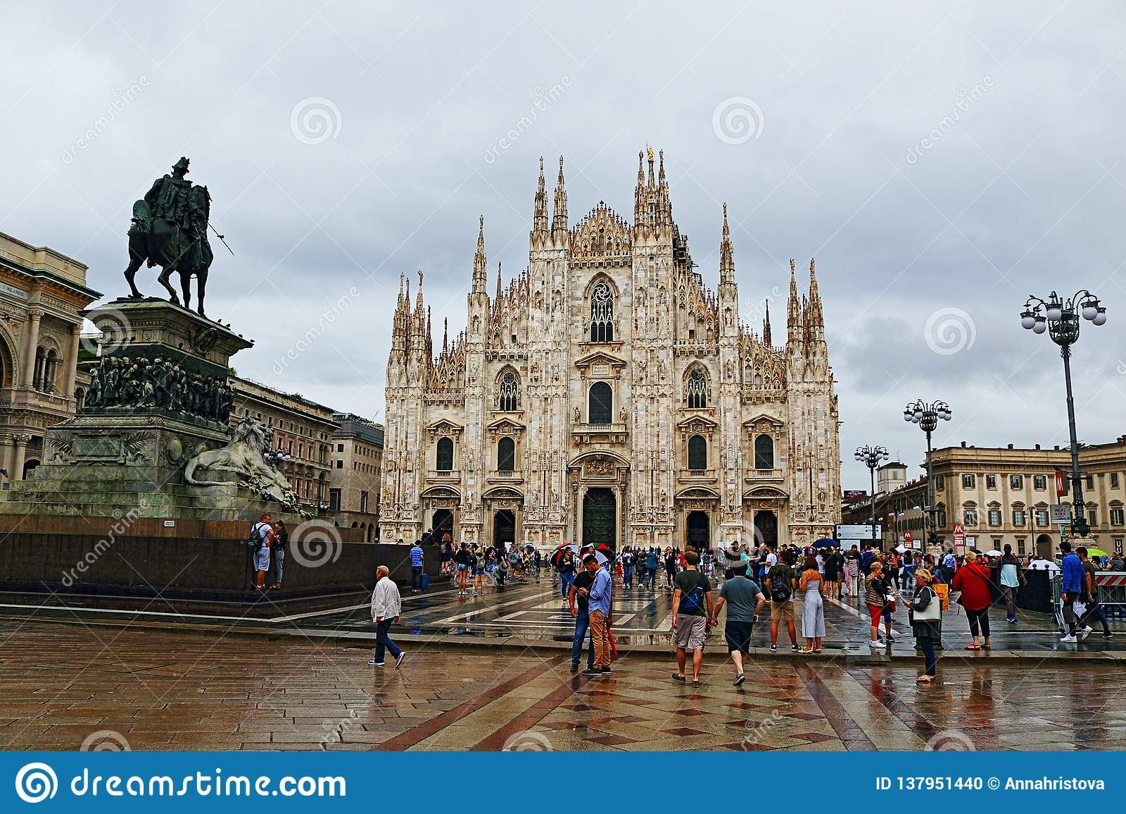Piazza del Duomo en regenachtige de dagmening Italië van Milan Cathedral