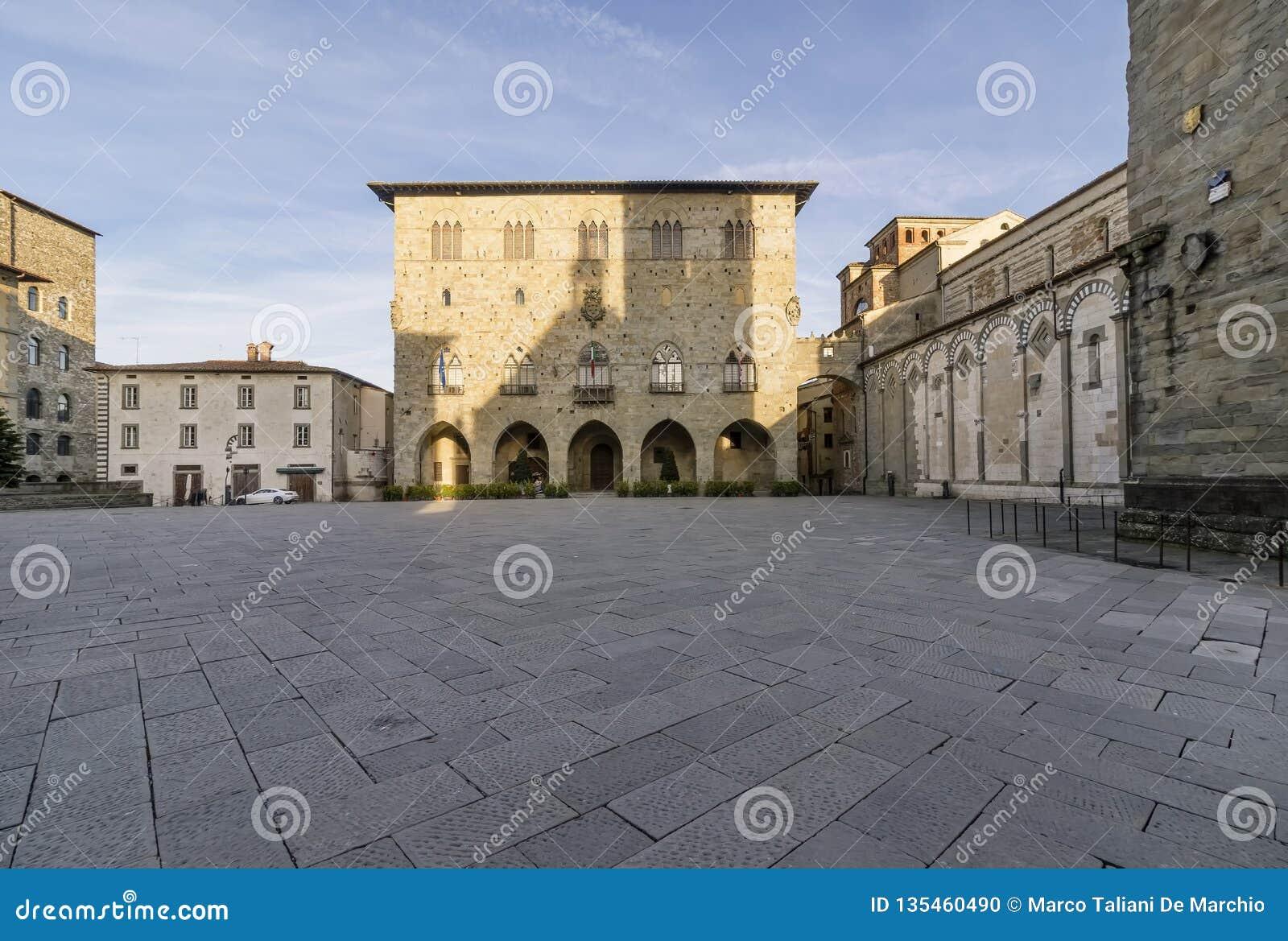 Piazza Del Duomo i Palazzo Del Comune bez ludzi w Pistoia, Tuscany, Włochy