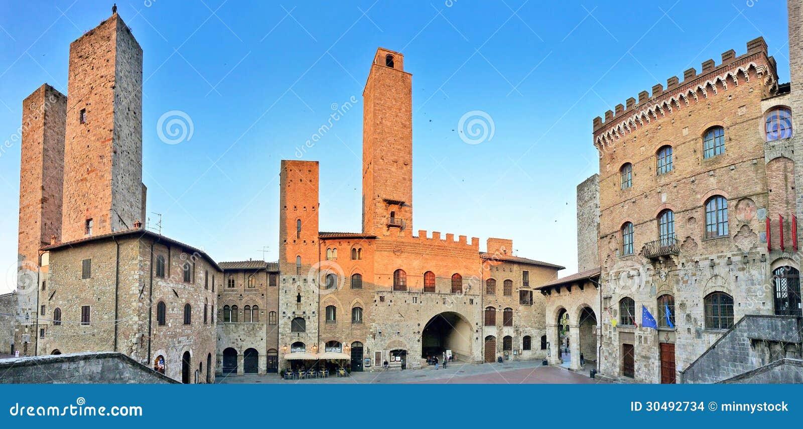 Piazza Del Duomo in San Gimignano bei Sonnenuntergang, Toskana, Italien