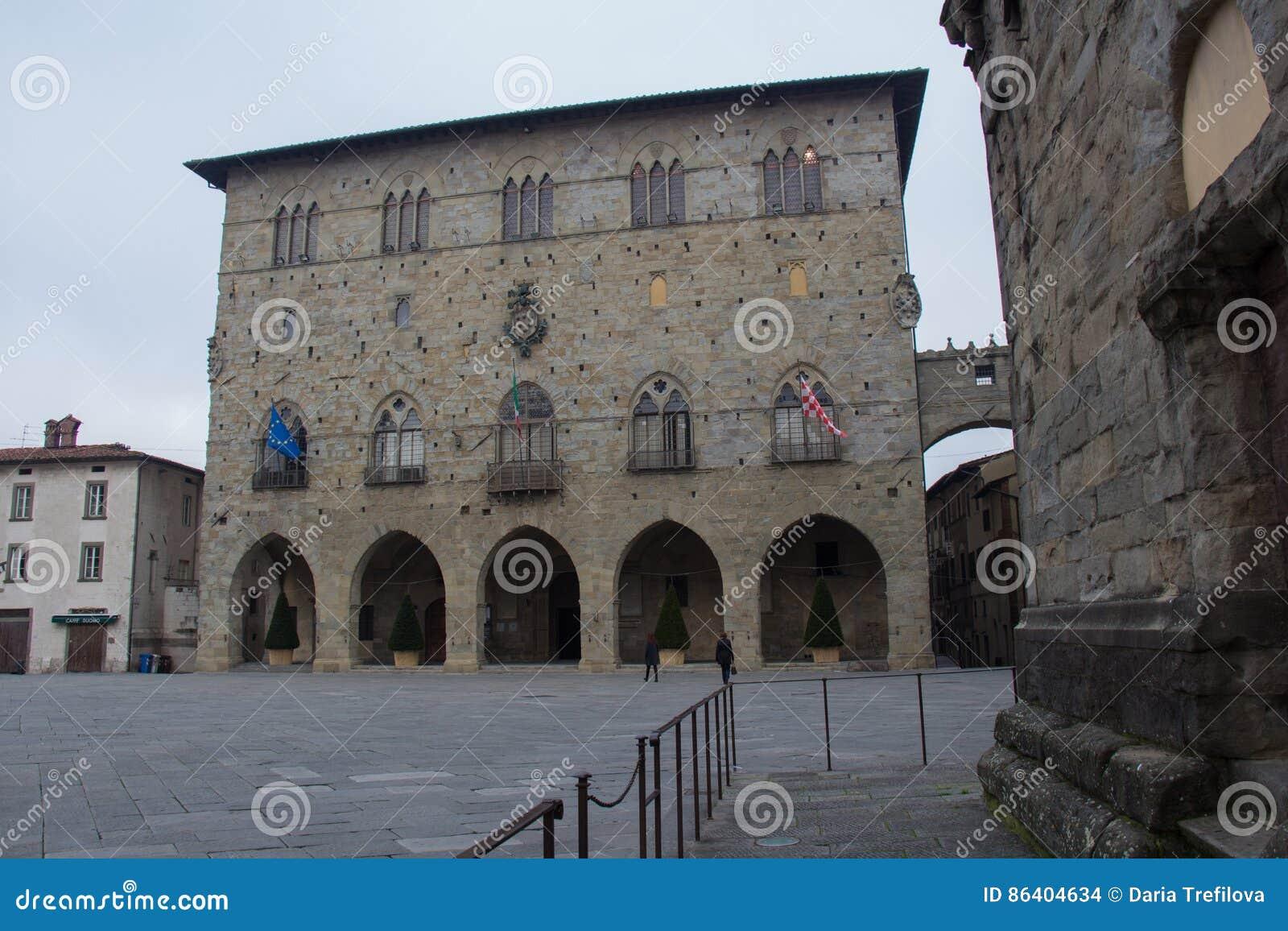 Piazza Del Duomo z Palazzo Del Comune, columned budynku sali Hungary miasta Miejski muzeum Pistoia tuscany Włochy
