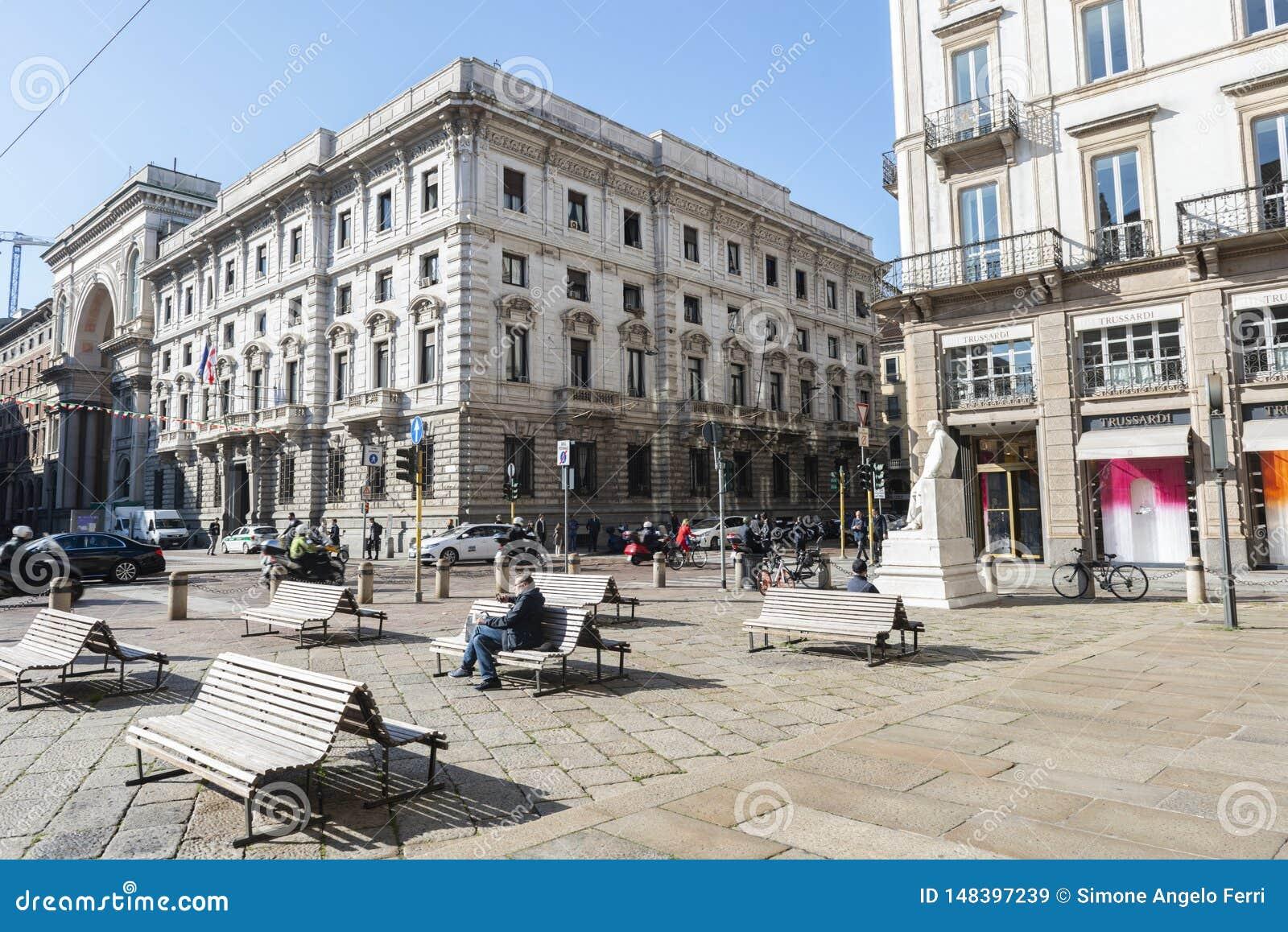Piazza della Scala located between the city of Milan
