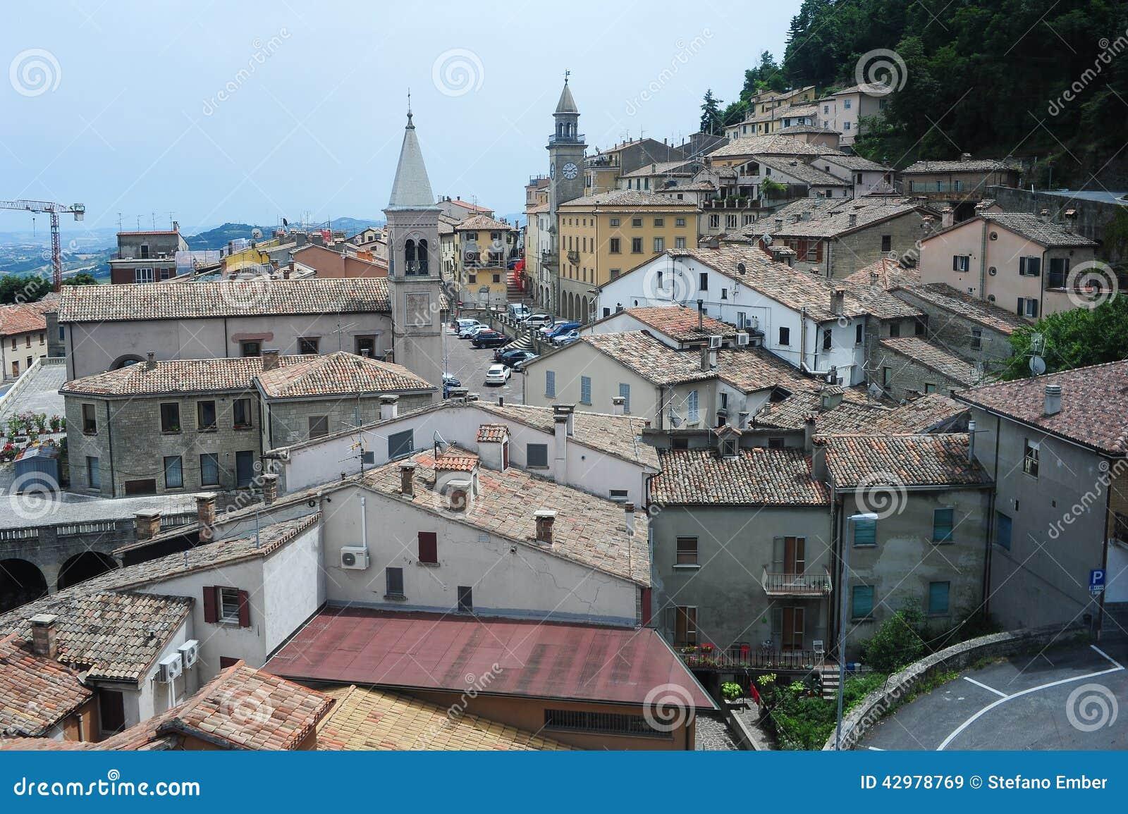 Piazza grande e chiesa del suffragio su Borgo Maggiore