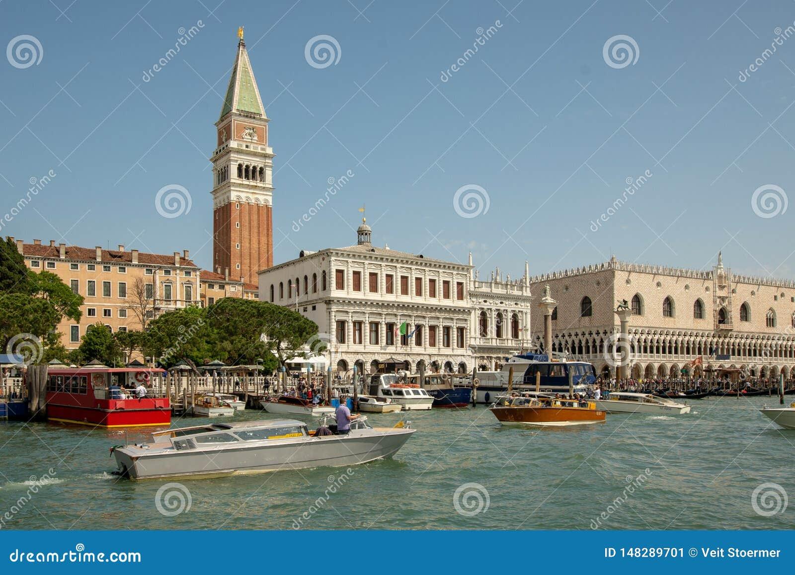 Piazza San Marco i Venedig som ses från vattnet