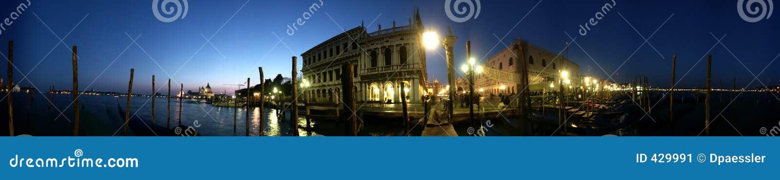 Piazza San Marco van Venetië het Panorama van de Nacht