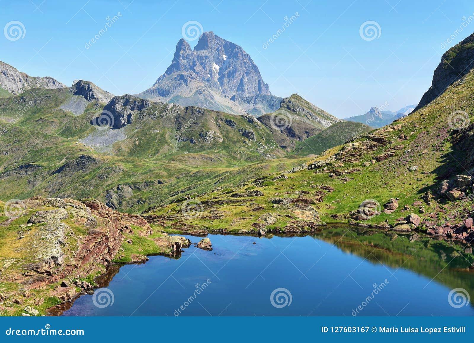 Pic du Midi d Ossau do platô de Anayet no espanhol Pyrenees, Espanha