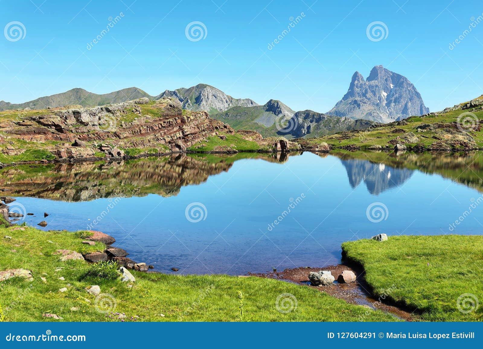 Pic du Midi d Ossau que refleja en el lago Anayet, español los Pirineos, Aragón, España