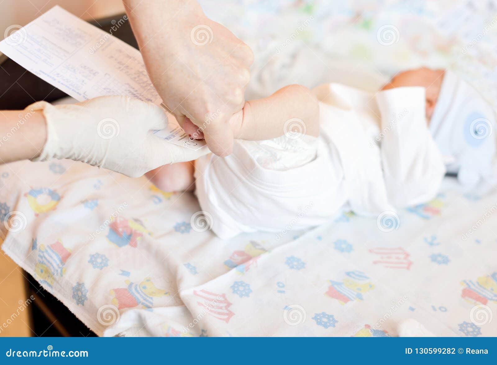 Picada do salto de recém-nascido