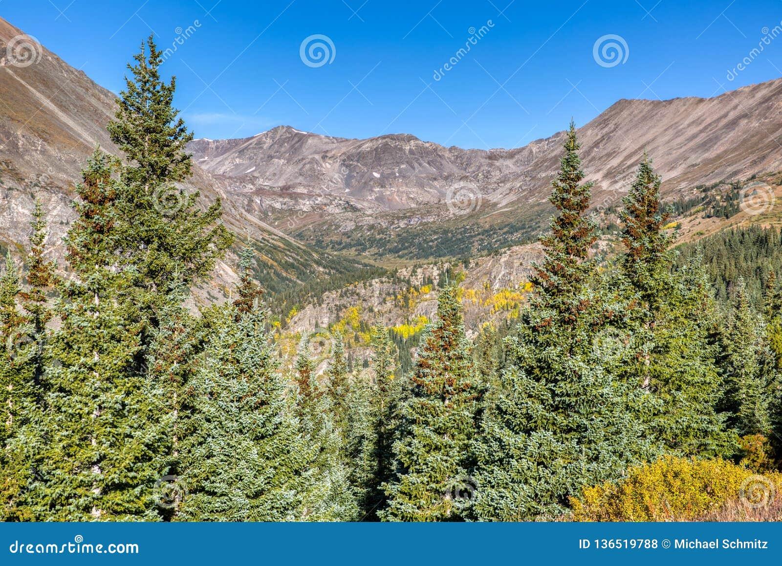 Picchi di montagna ripidi e pini verdi vicino alla sommità del passaggio del Hoosier