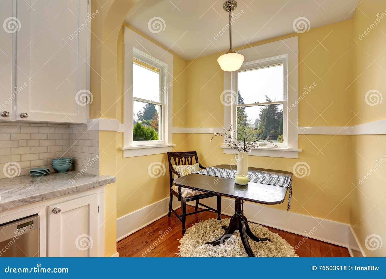 Piccola Sala Da Pranzo : Piccola area della sala da pranzo con le pareti gialle fotografia