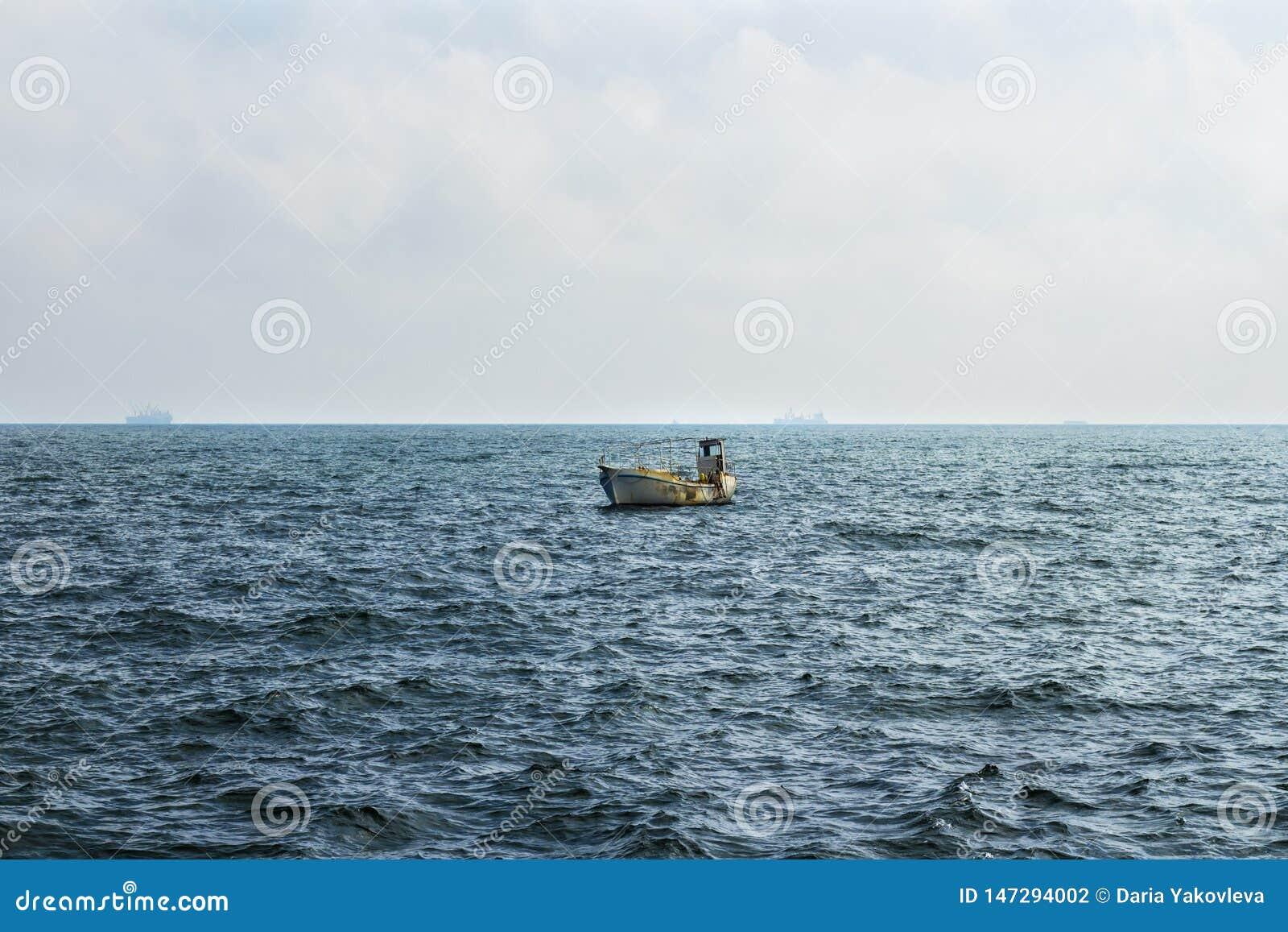 Piccola barca del pescatore che va alla deriva nel Mar Nero