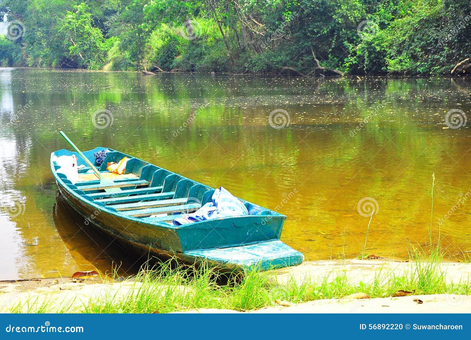 Piccola barca nel fiume