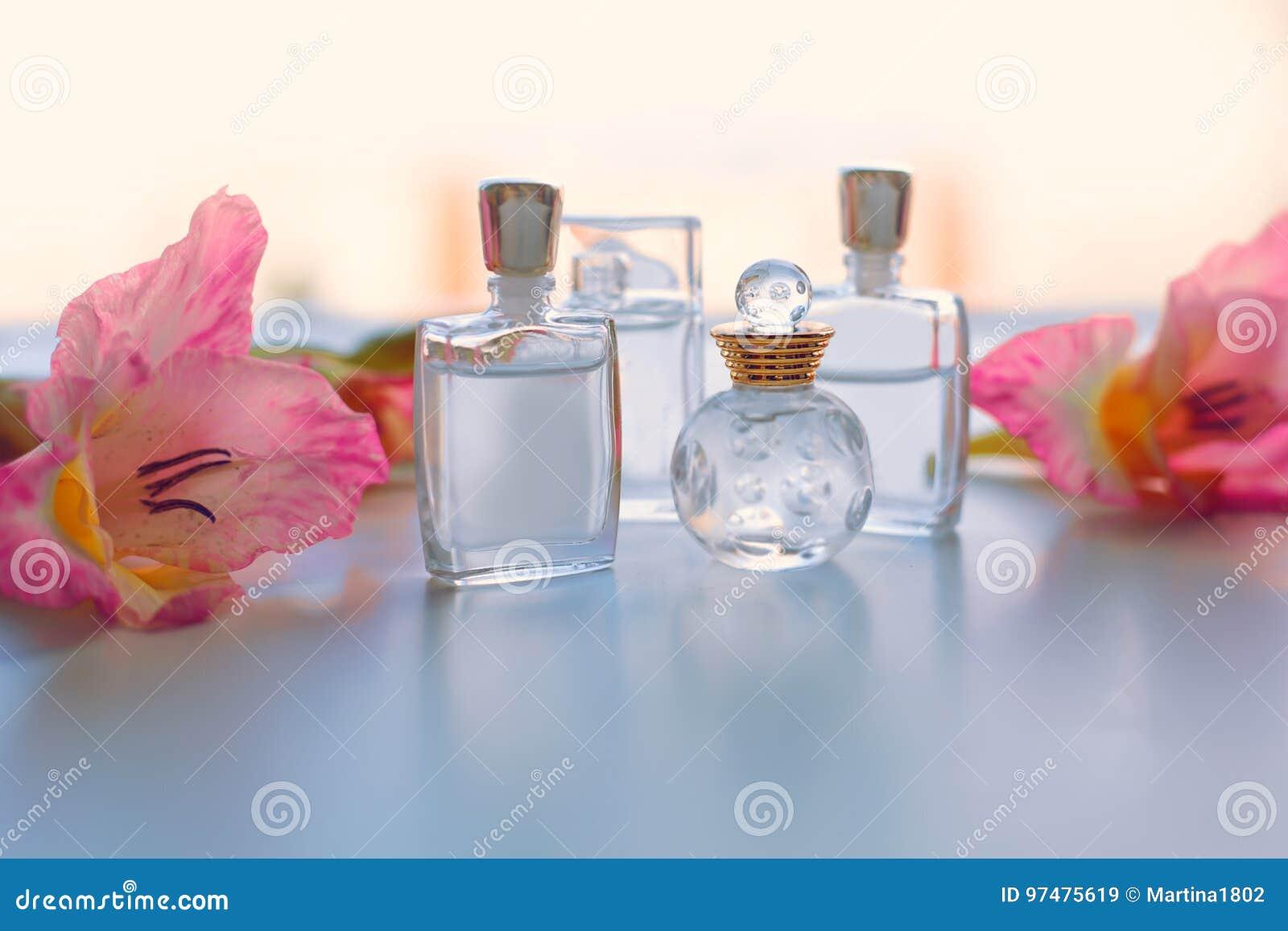 Piccola bottiglia di profumo con i fiori rosa