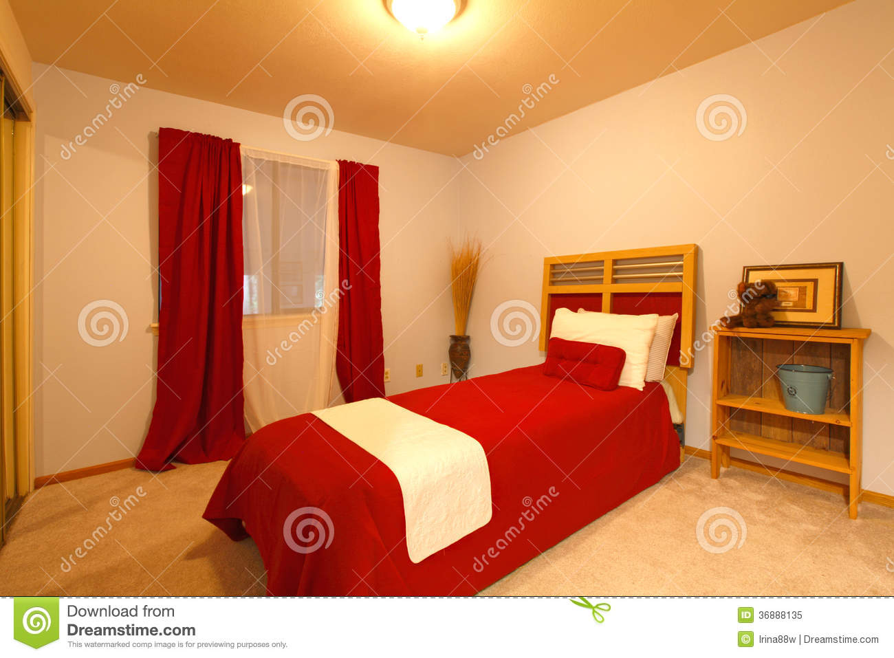 Piccola camera da letto calda stile country fotografia - Camera letto country ...