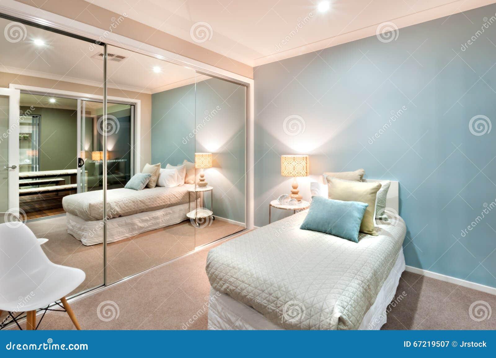 Piccola camera da letto con i cuscini su un letto singolo - Sedia camera da letto ...