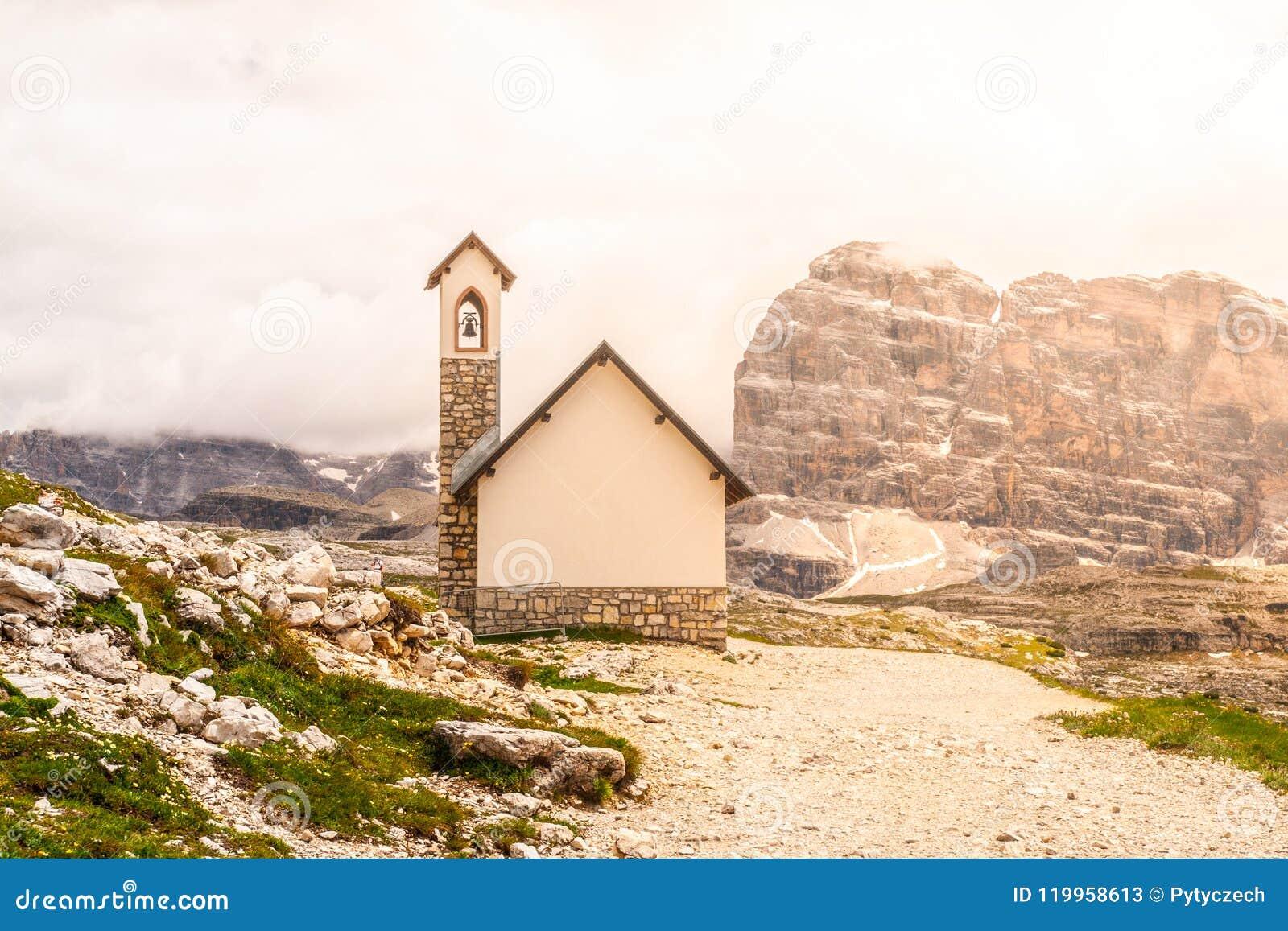 Piccola cappella della montagna, degli Alpini di Cappella, a Tre Cime di Lavaredo, dolomia, Italia