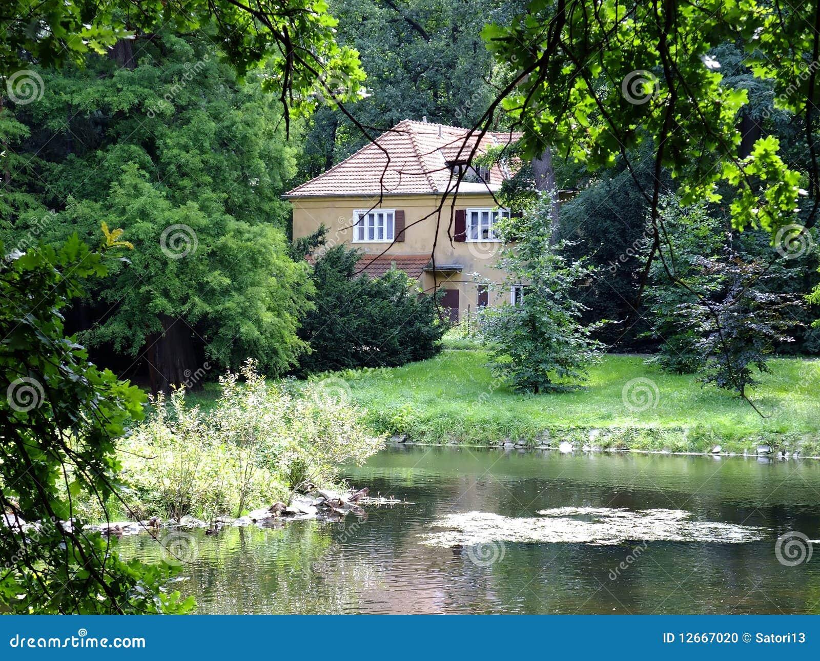 Piccola casa fotografia stock immagine di lago risparmio for Schizzo di piccola casa