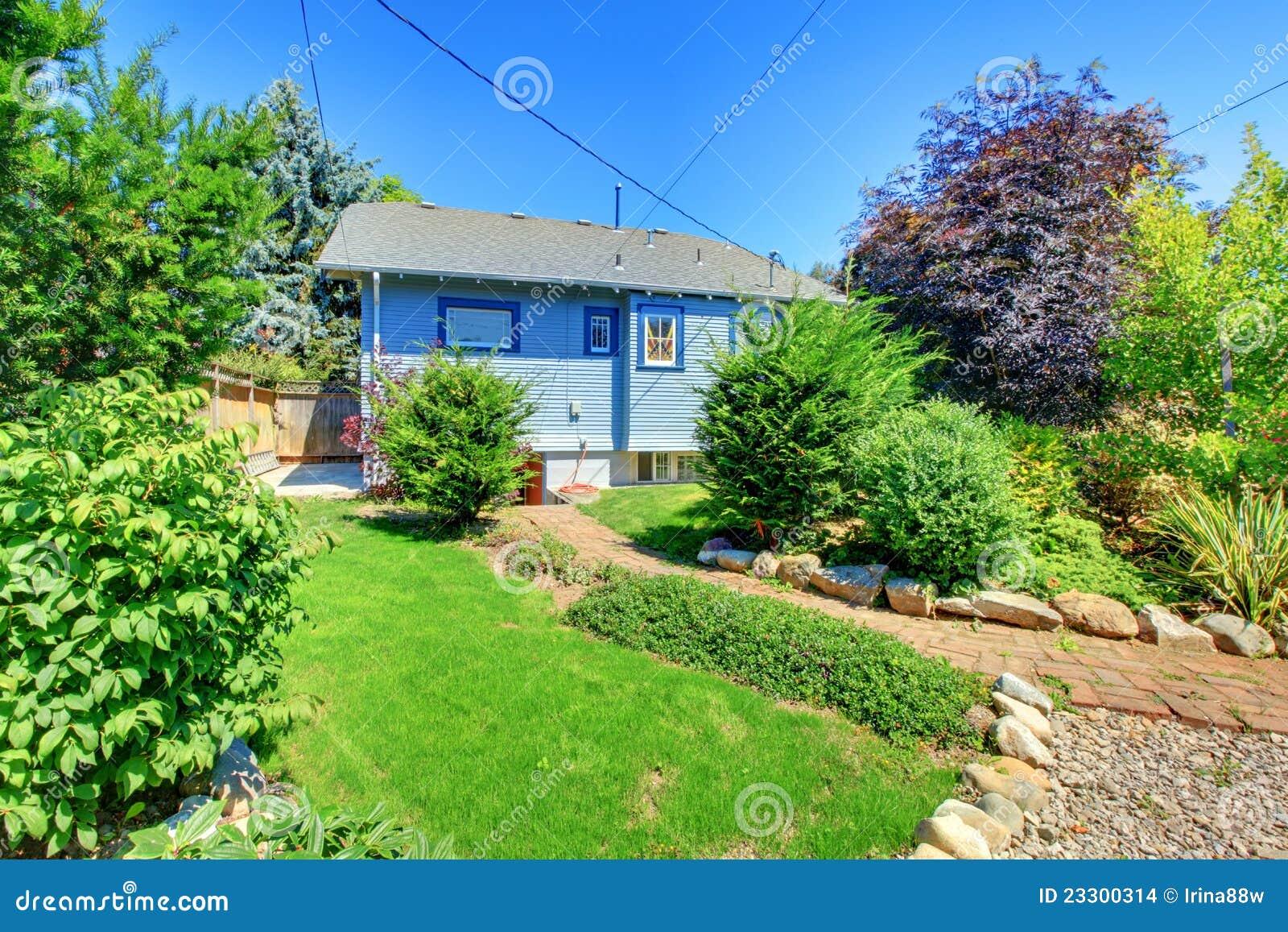 Piccola Casa Blu Con Il Giardino In Cortile Posteriore ...
