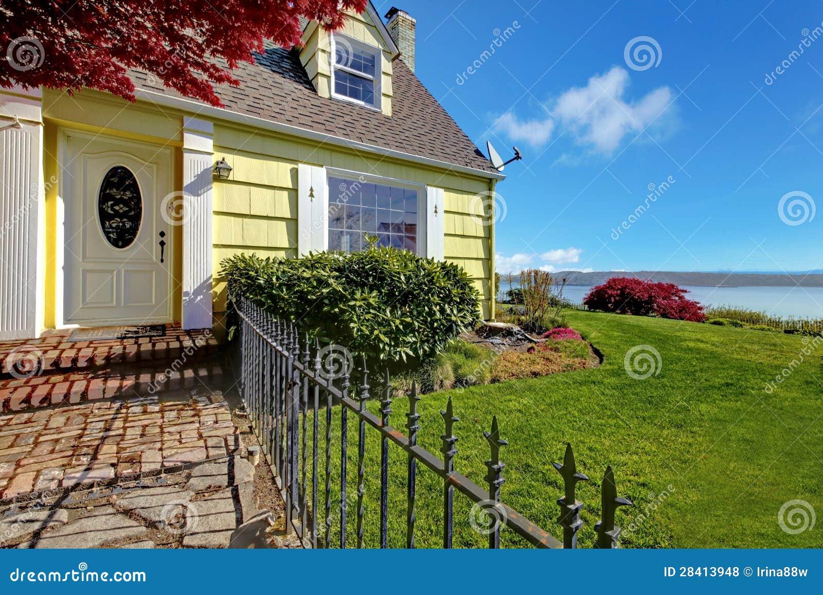 Piccola casa classica gialla con la vista e la rete fissa for Piccola casa con avvolgente portico