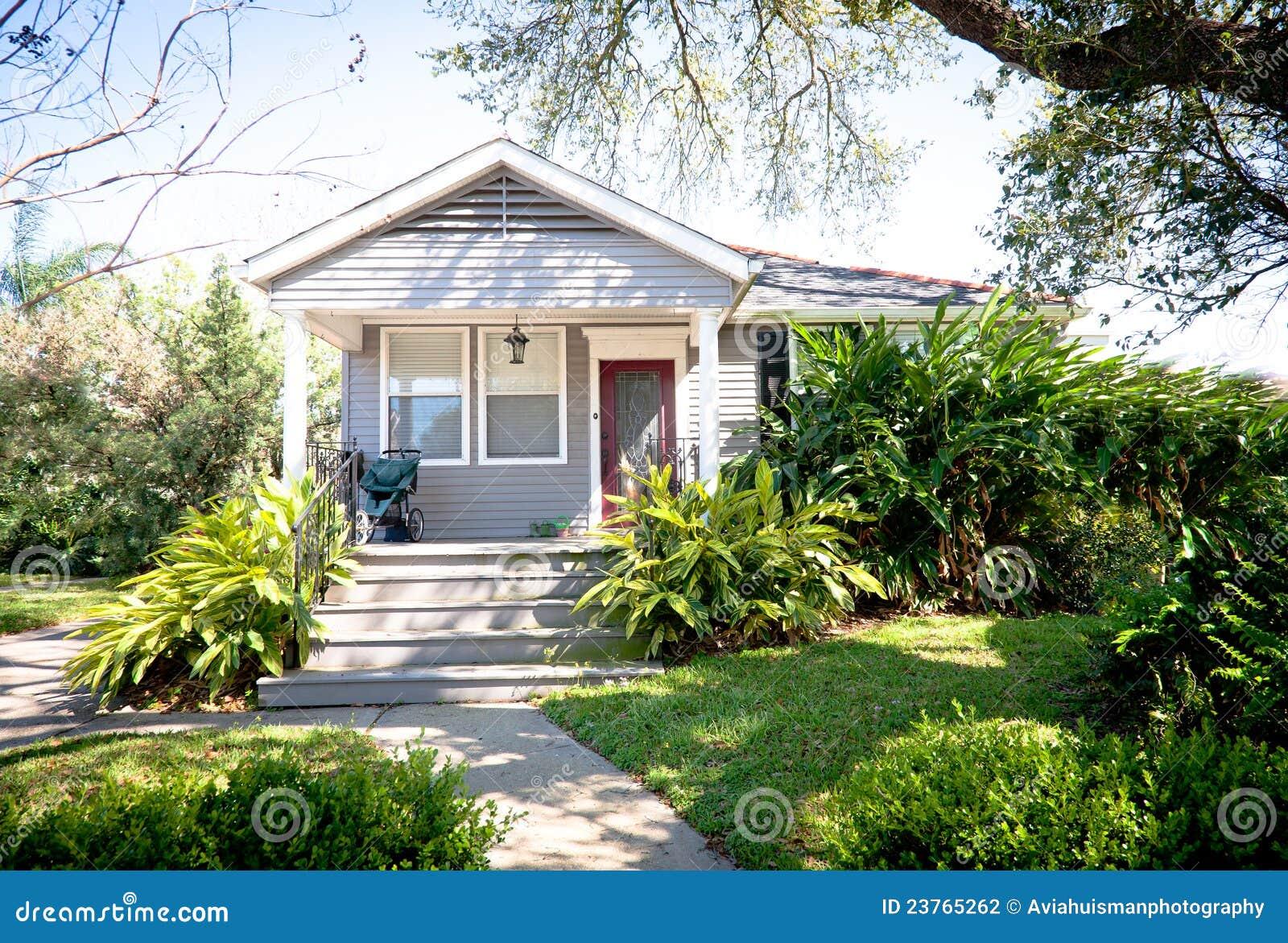 Piccola casa del cottage con il giardino fotografia stock for Case modulari in stile bungalow