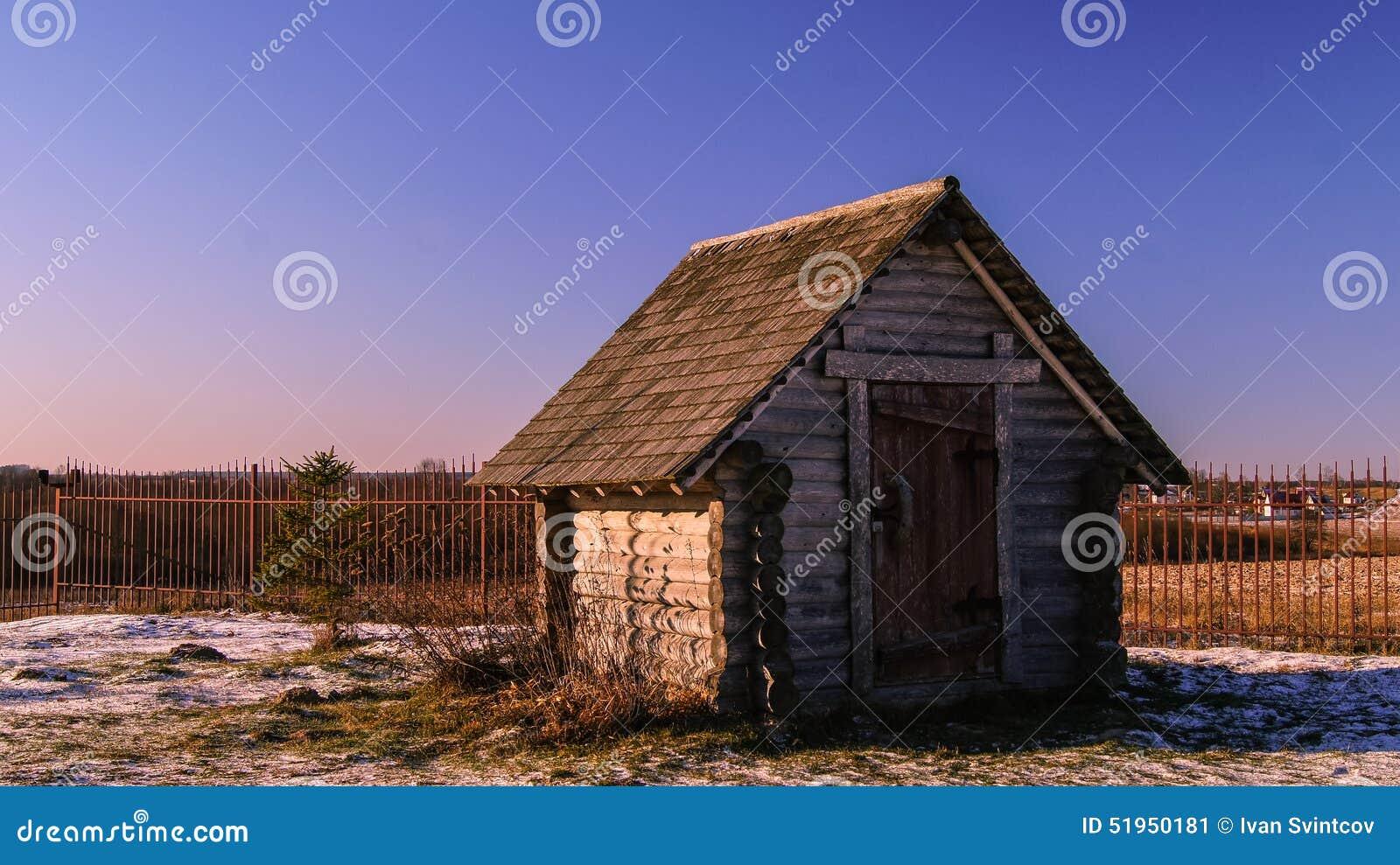 Piccola casa di campagna di legno fotografia stock for Piccola casa produttrice di cianografie