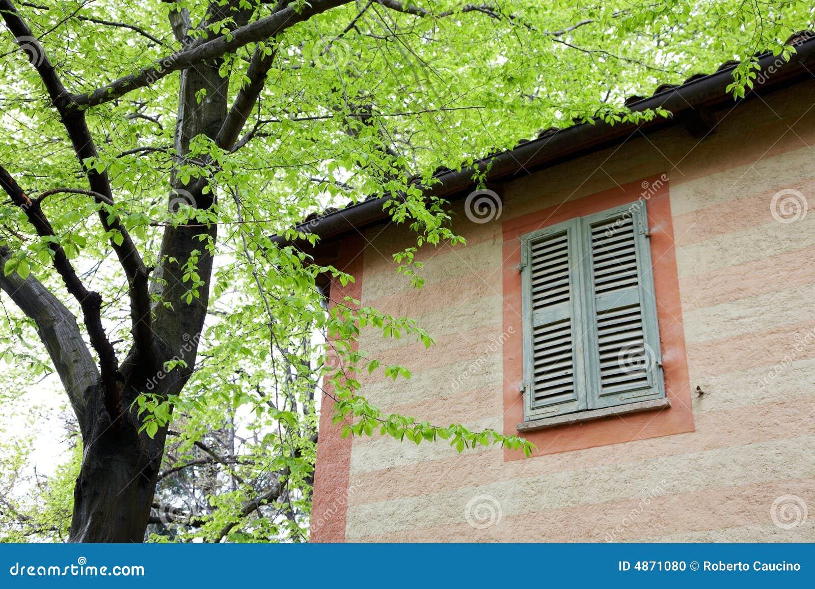 Piccola casa di campagna rossa fotografia stock immagine for Schizzo di piccola casa