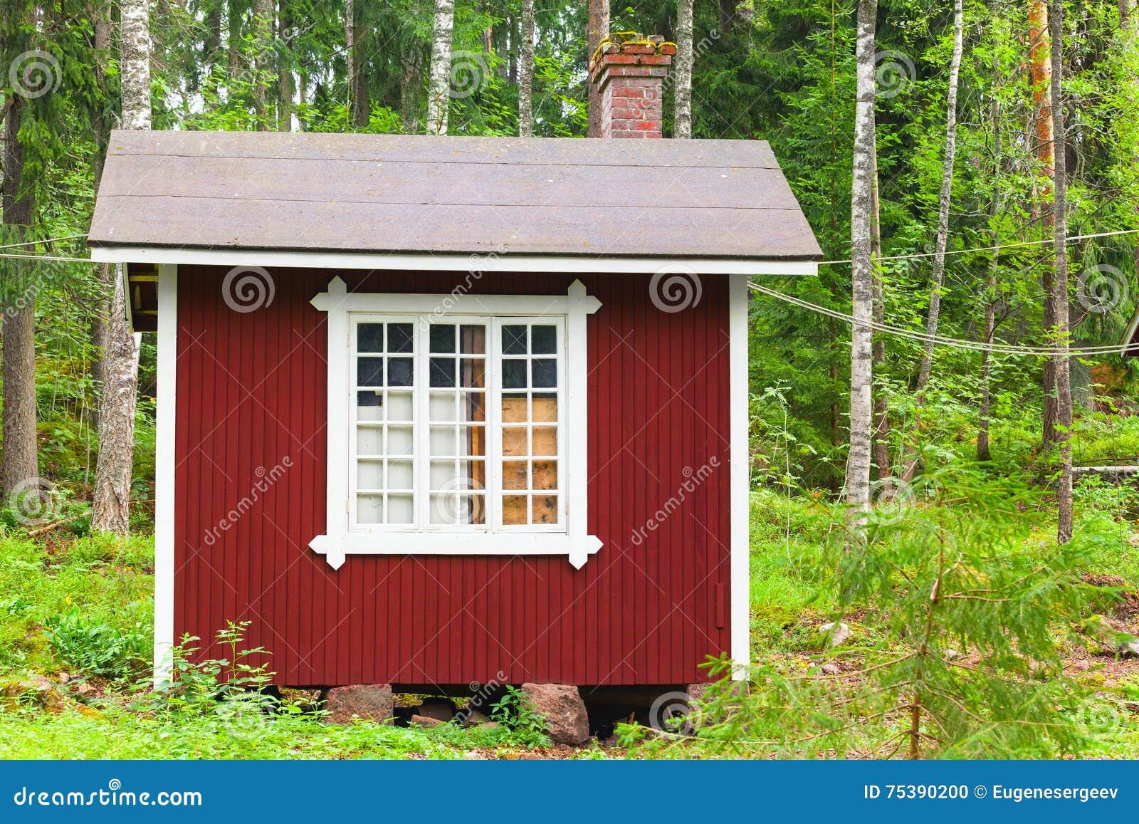 Piccola casa di legno rossa scandinava in foresta for Piccola casa produttrice di cianografie