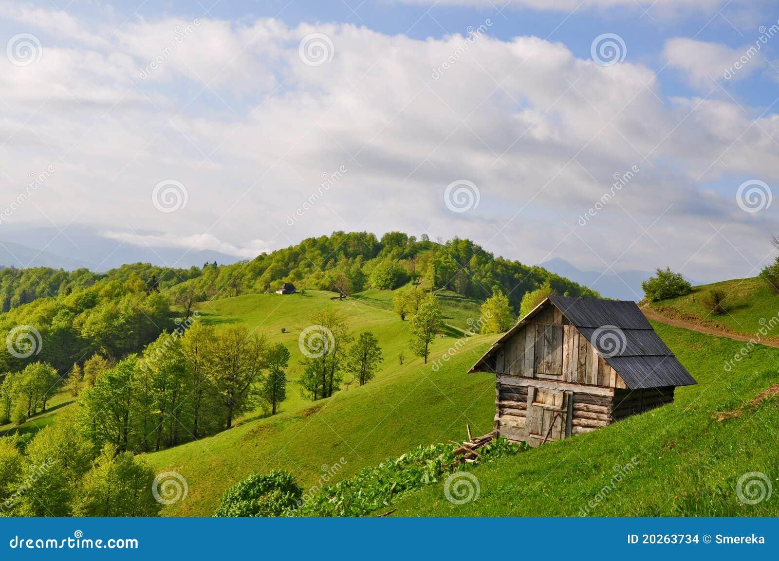 piccola casa su un pendio di collina immagini stock