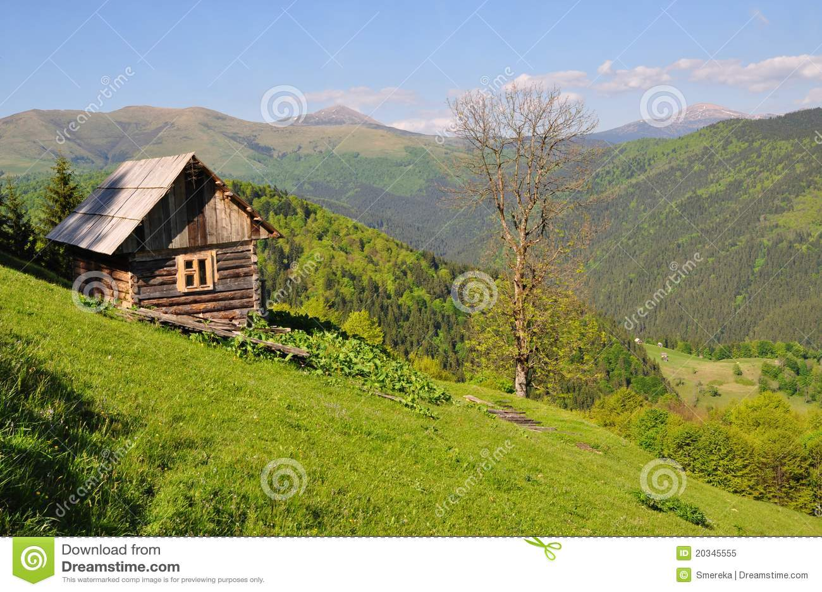 piccola casa su un pendio di collina fotografia stock