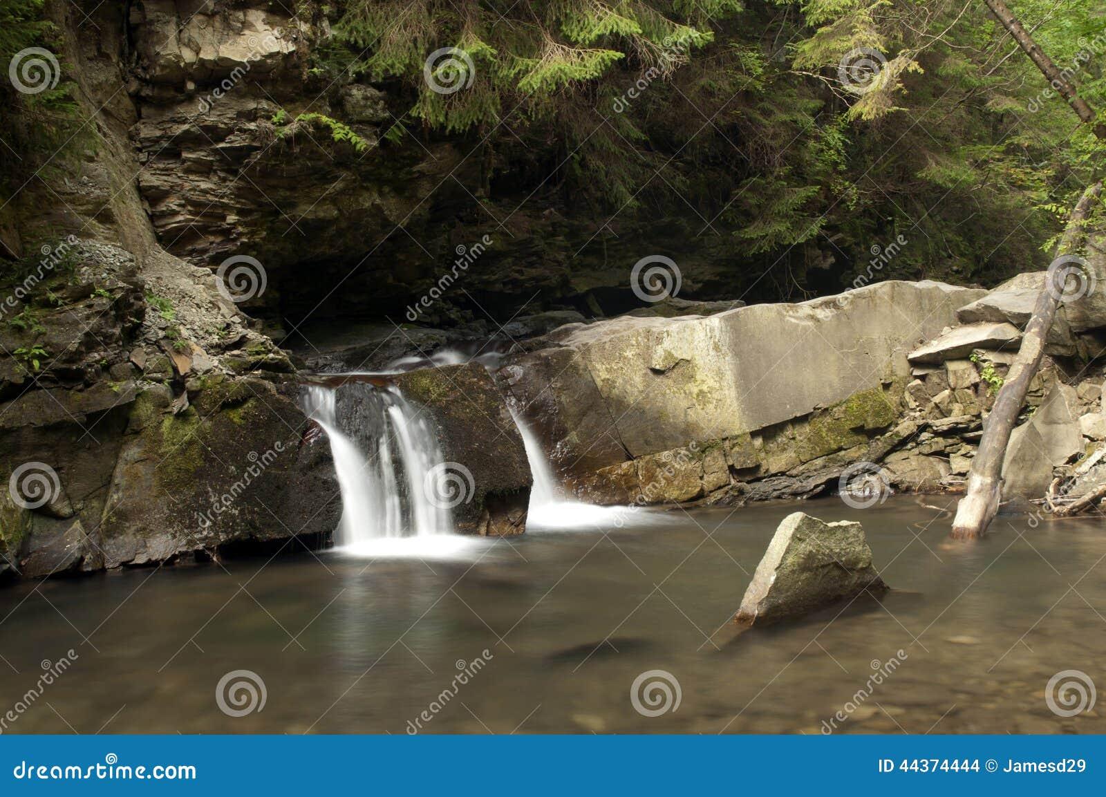 Piccola cascata Divochi Sliozy in Yaremche, Ucraina
